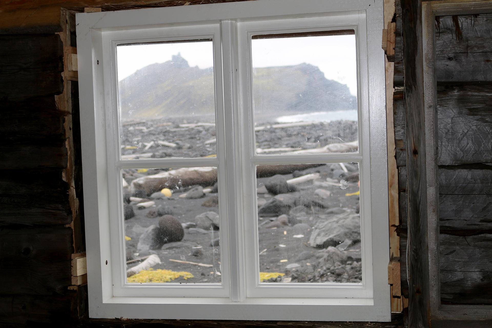 Bilde av det nye vinduet i Jan Mayen. Foto: Karen Thommesen, Riksantikvaren