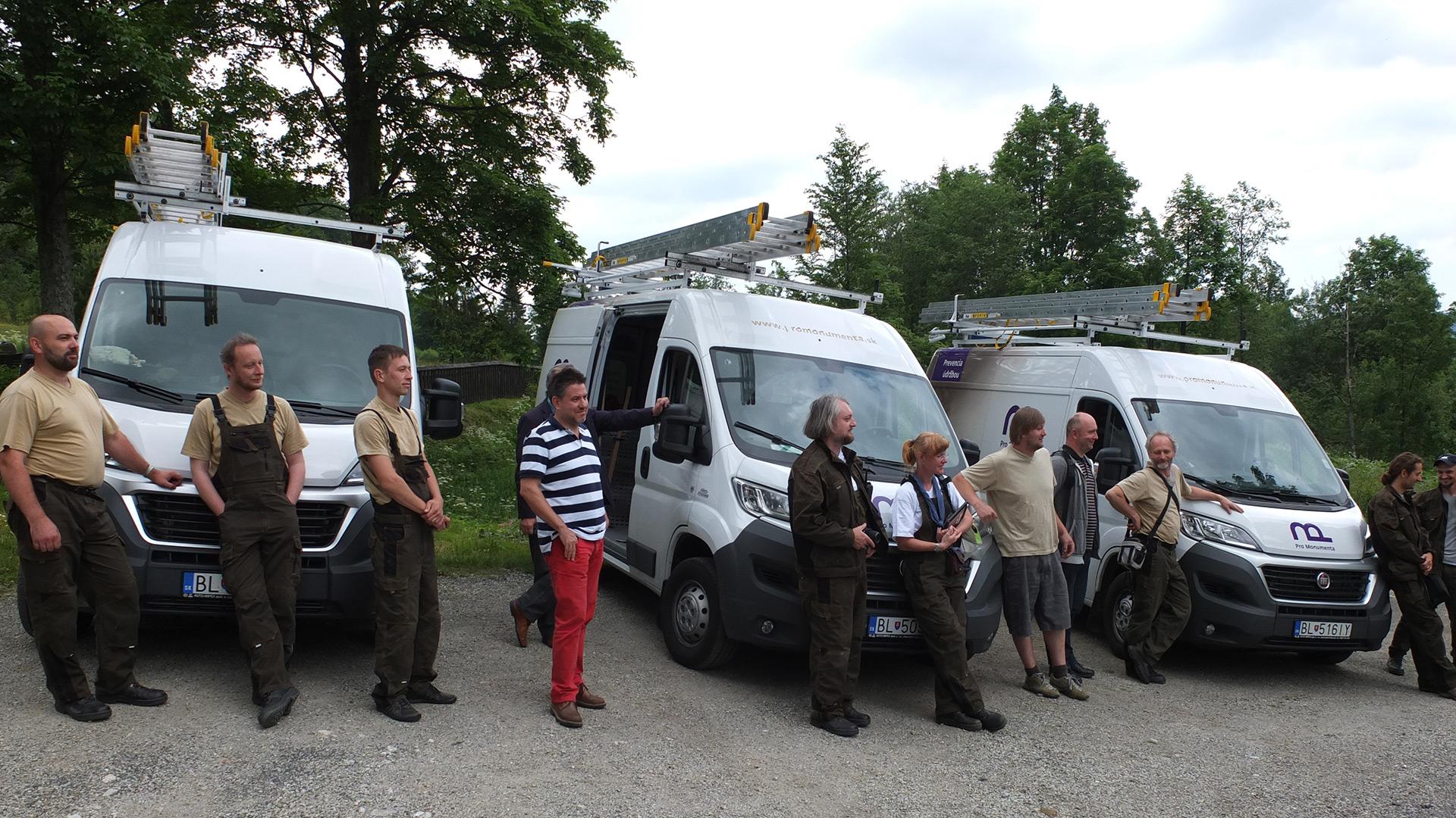 Bilde av tre fagsterke team som bemanner de velutstyrte «kulturambulansene». Foto: Harald Ibenholt, Riksantikvaren
