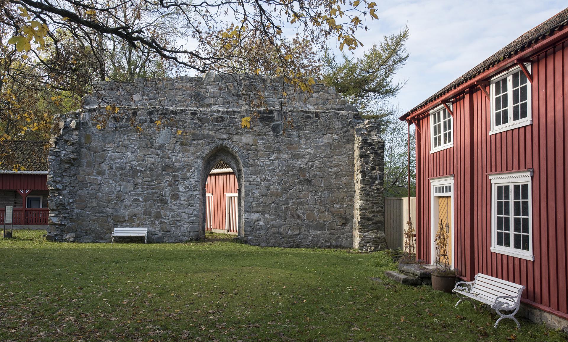 Bildet viser Reins kloster i Rissa kommune i Sør-Trøndelag. Foto er tatt av Arve Kjersheim, Riksantikvaren