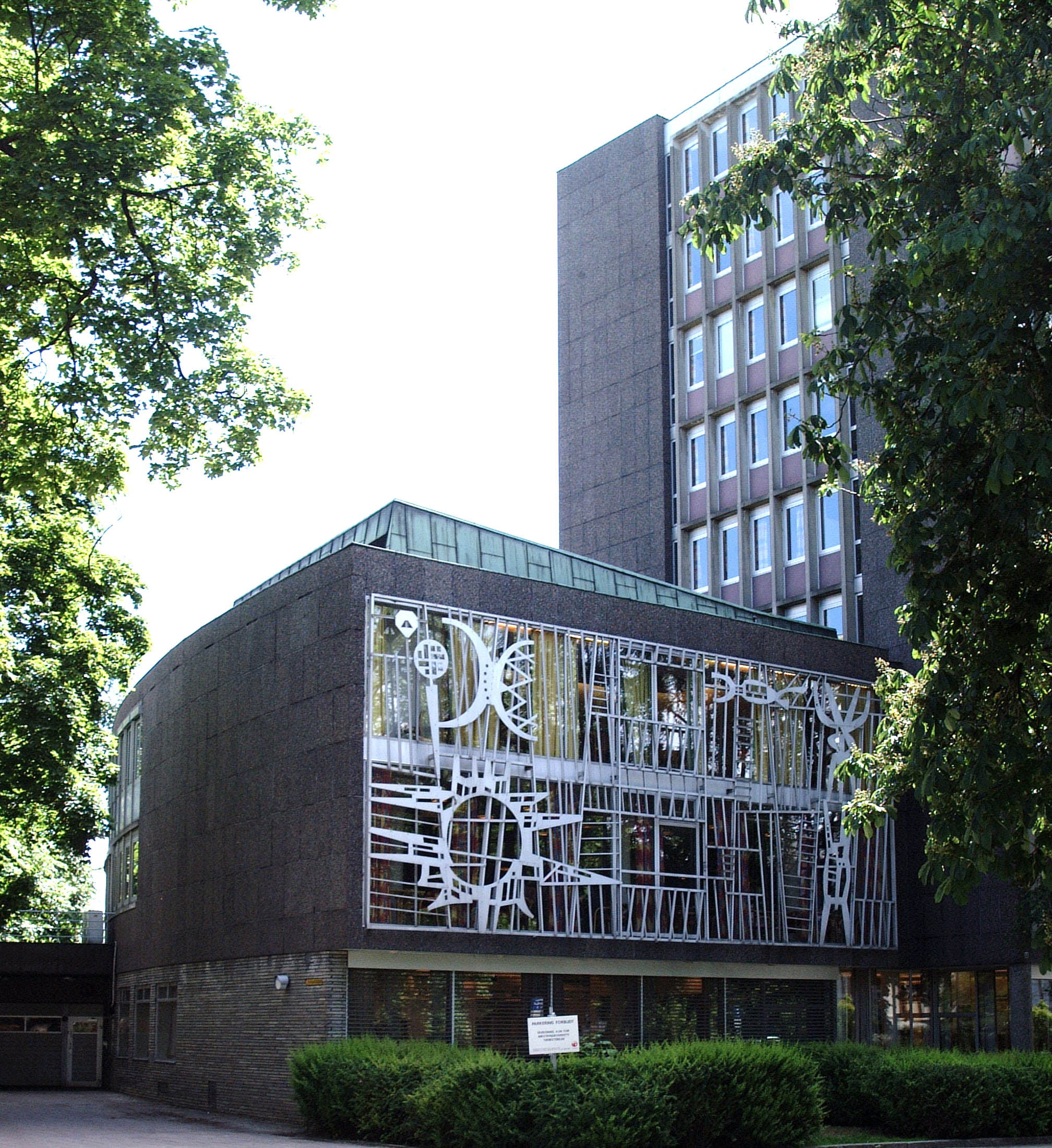 Bilde av Rikstrygdeverket med Arne E. Holms metallarbeider på lavblokkens fasade. Foto: Eirik T. Bøe, Riksantikvaren