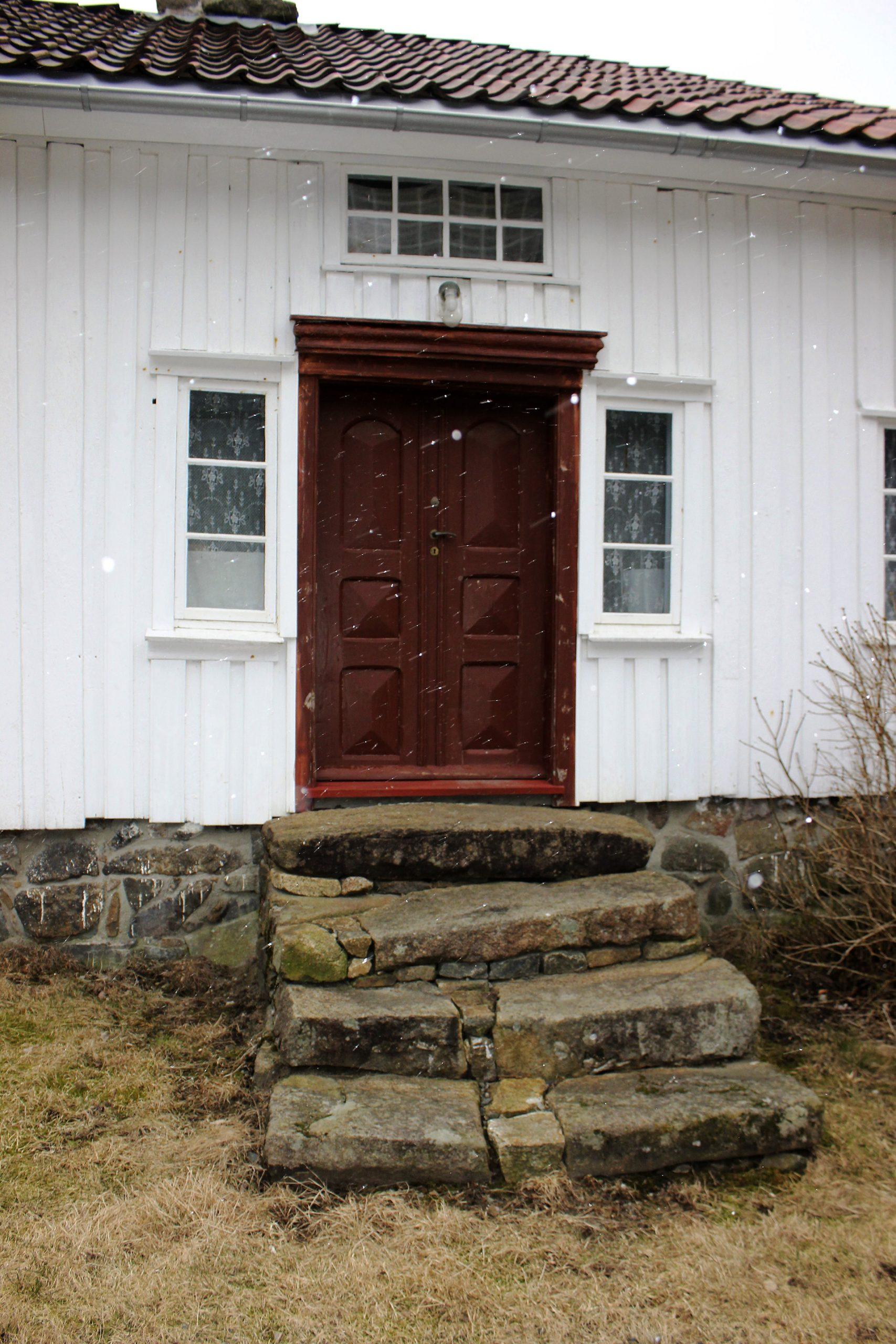 Bilde av inngangsdøren til våningshuset på Sigersvoll. Foto: Bodil Paulsen, Riksantikvaren