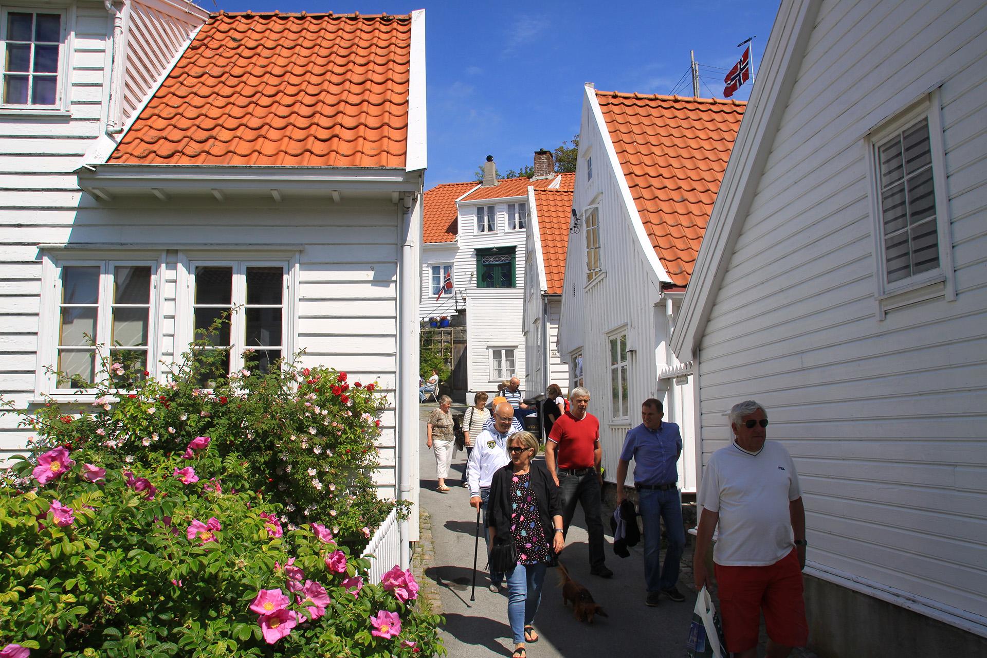 Bildet viser Folkeliv i Gamle Skudeneshavn. Foto er tatt av Ørjan B. Iversen