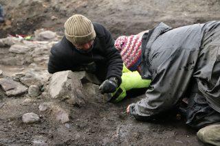 Bildet viser Utgraving av det som arkeologene mener er Klemenskirken til Olav den hellige. Her er arkeologer fra Norsk institutt for kulturminneforskning (NIKU) i arbeid. Foto: NIKU