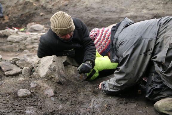 Bilde av utgraving av det som arkeologene mener er Klemenskirken til Olav den hellige. Her er arkeologer fra Norsk institutt for kulturminneforskning (NIKU) i arbeid. Foto: NIKU