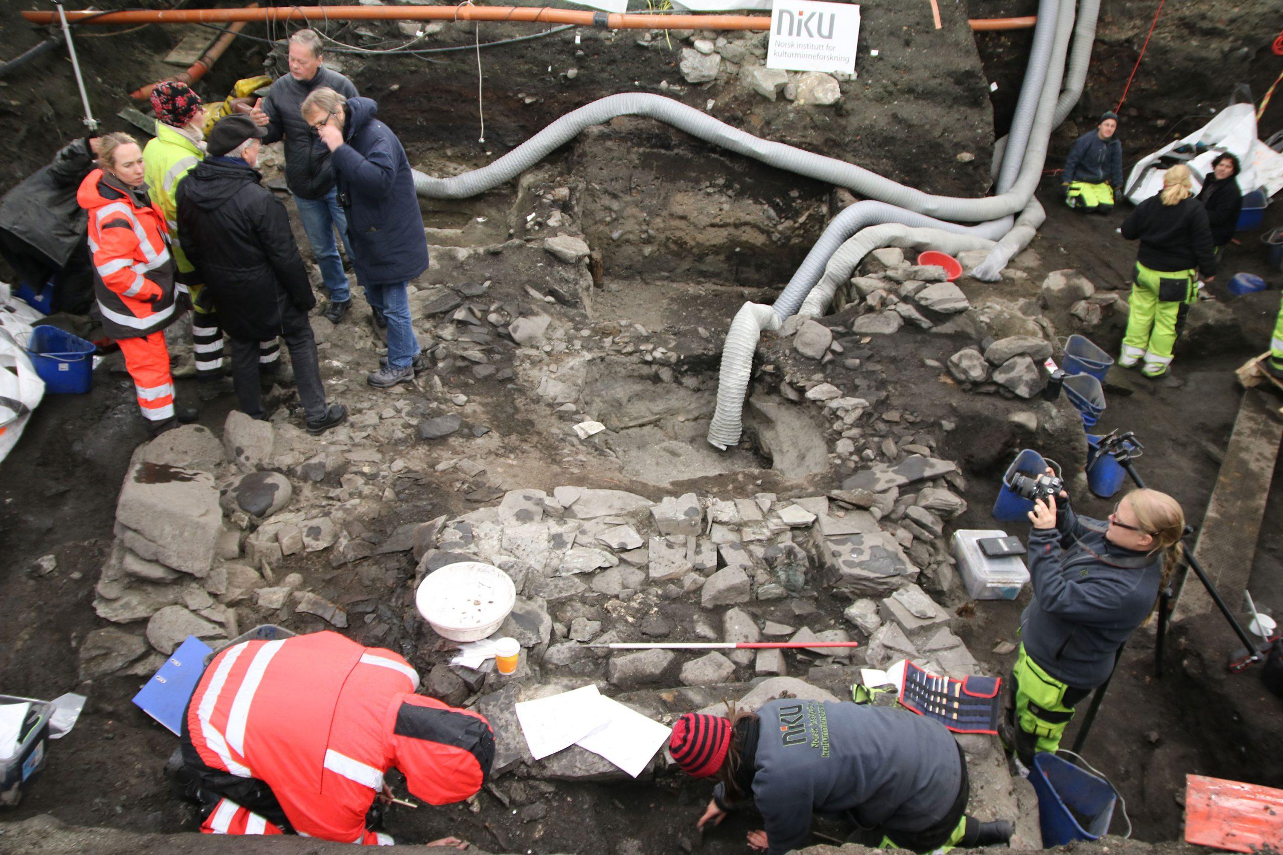 Bildet viser Arkeologisk utgraving av Klemenskirken. Her sees fundamentet til det som trolig var høyalteret hvor Olav den helliges kiste ble plassert, ett år etter at han døde på Stiklestad i 1030. Man mener kisten sto i kirken i 25 år, før den ble flyttet videre. Foto: NIKU