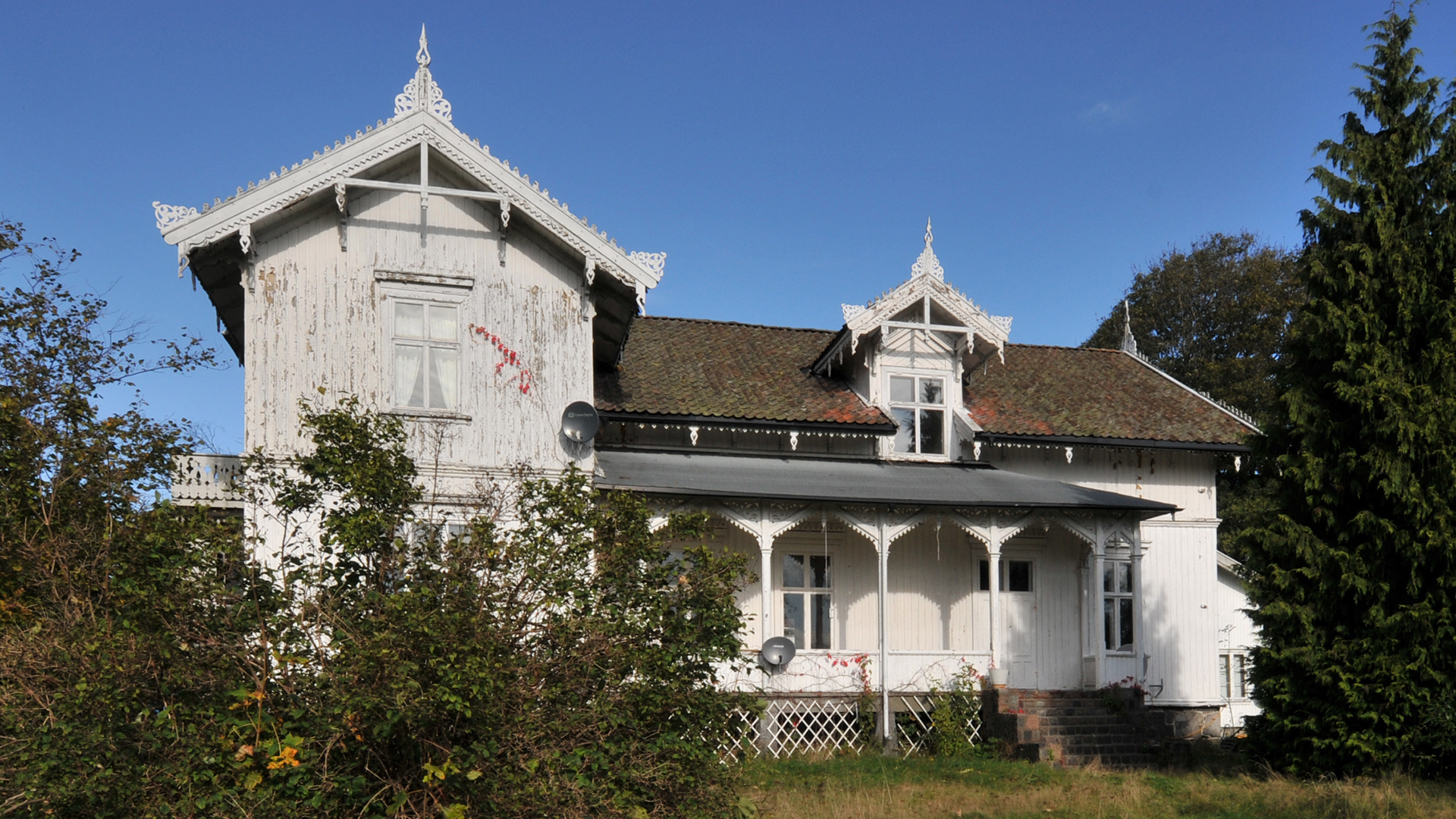 Bilde av Solhaug, en stor løkkebygning i sveitserstil oppført i 1877. Huset er rikt dekorert med vakre utskjæringer i tre. Foto: