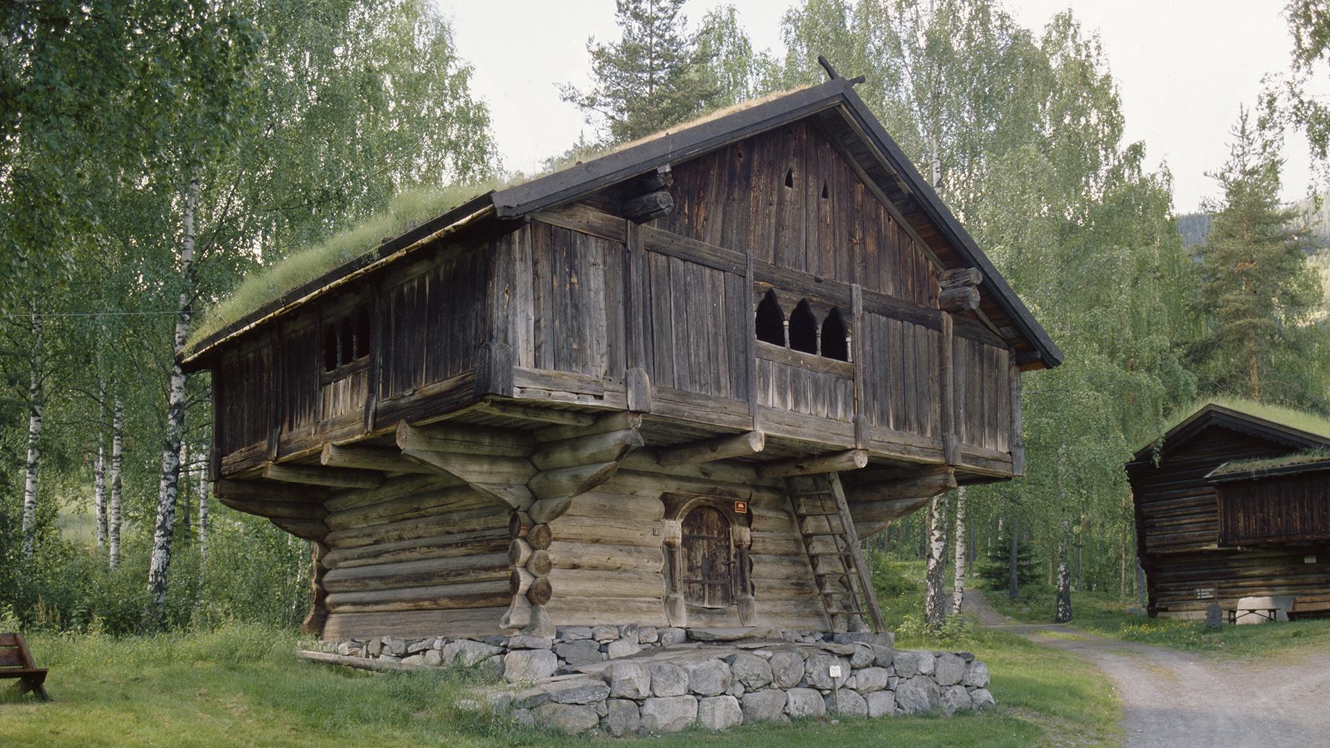 Bildet viser Staveloftet i Hallingdal Folkemuseum. Foto er tatt av Arve Kjersheim, Riksantikvaren