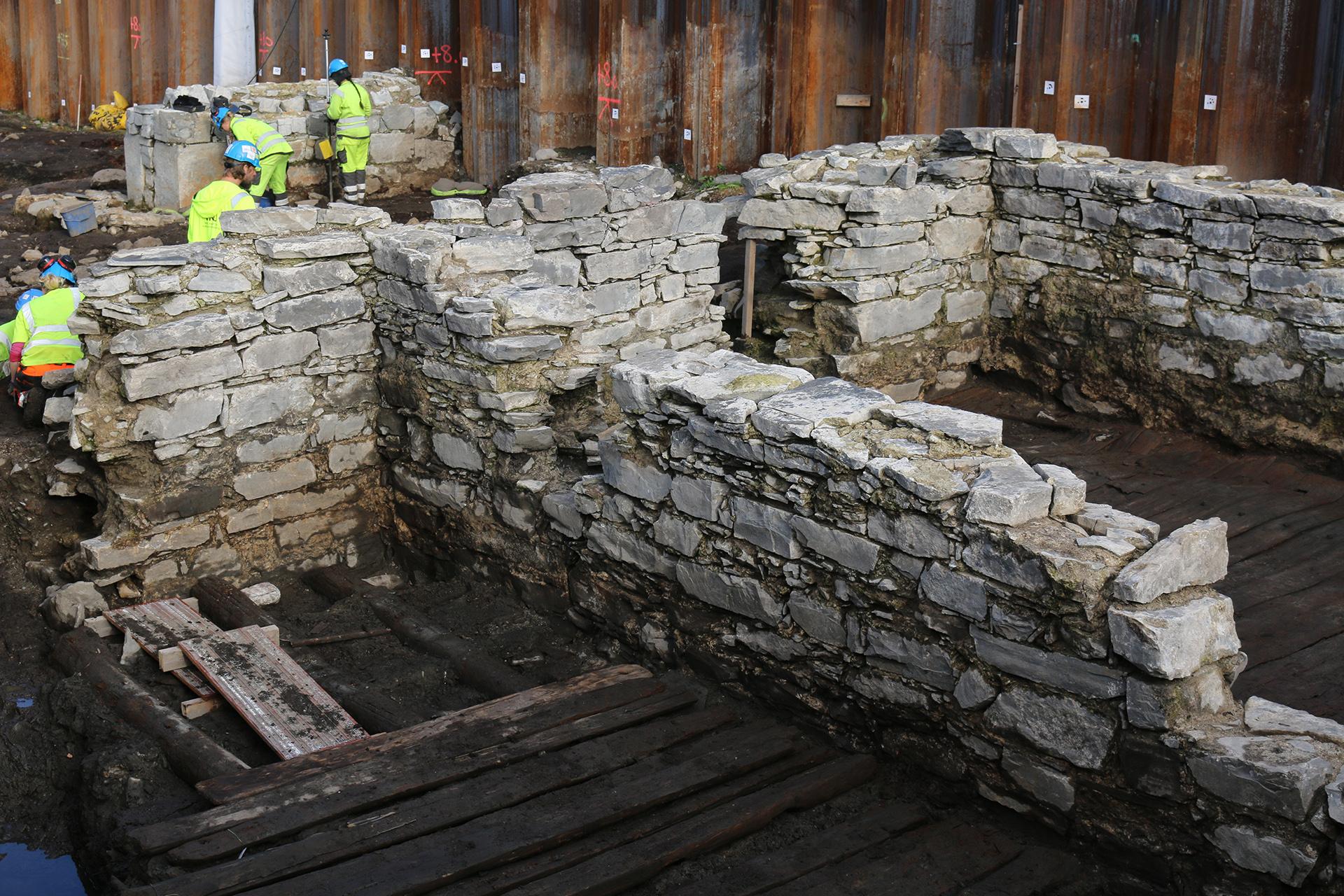 Bildet viser at arkeologene fra NIKU har avdekket en meget godt bevart steinkjeller, trolig fra 1200- eller 1300-tallet, med tregulv og opptil to meter høye steinvegger noen steder.Foto: Turid Årsheim, Riksantikvaren