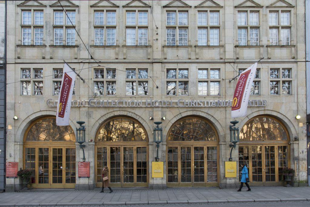 Fotoet viser Stortingsgata 16, Christiania teater. Nedre del av fasaden. Foto: Dagfinn Rasmussen, Riksantikvaren