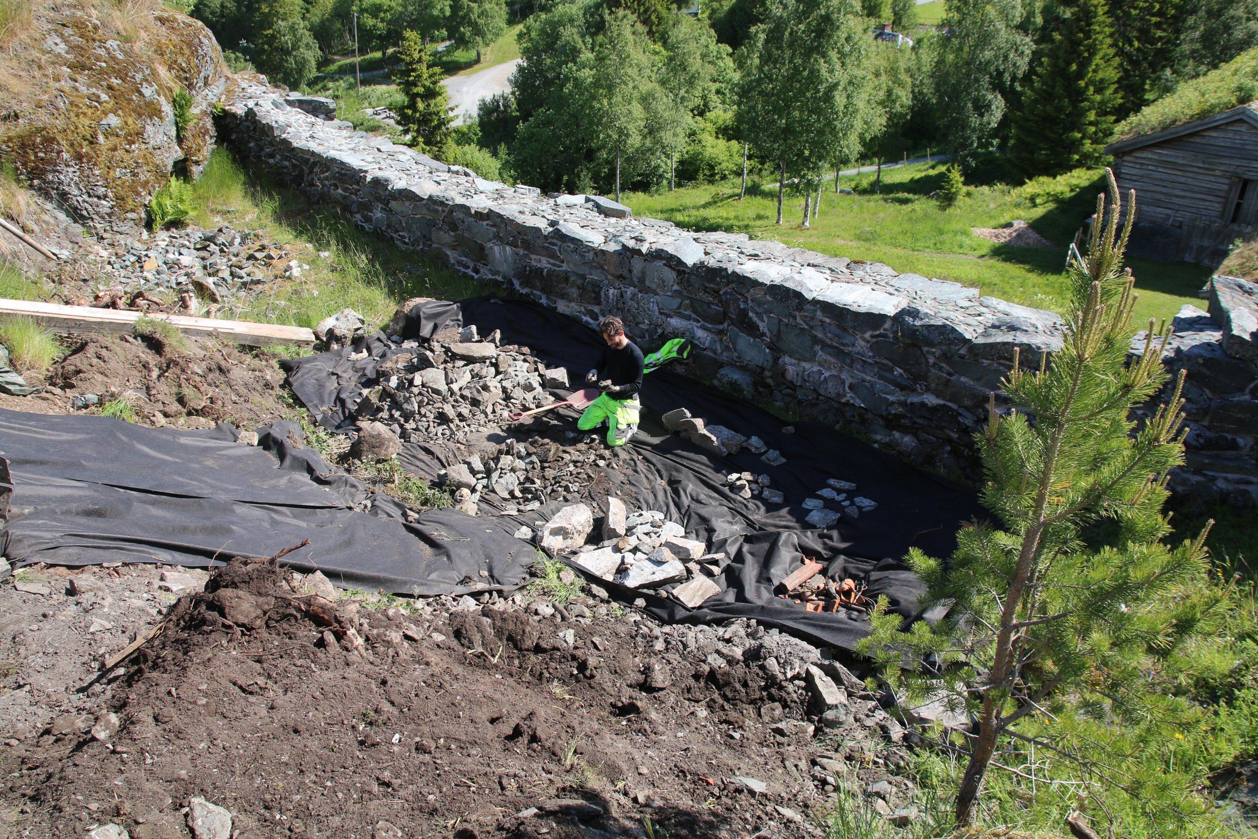 Bildet viser steinfunn fra brønnen på Sverresborg som studeres. Foto: NIKU