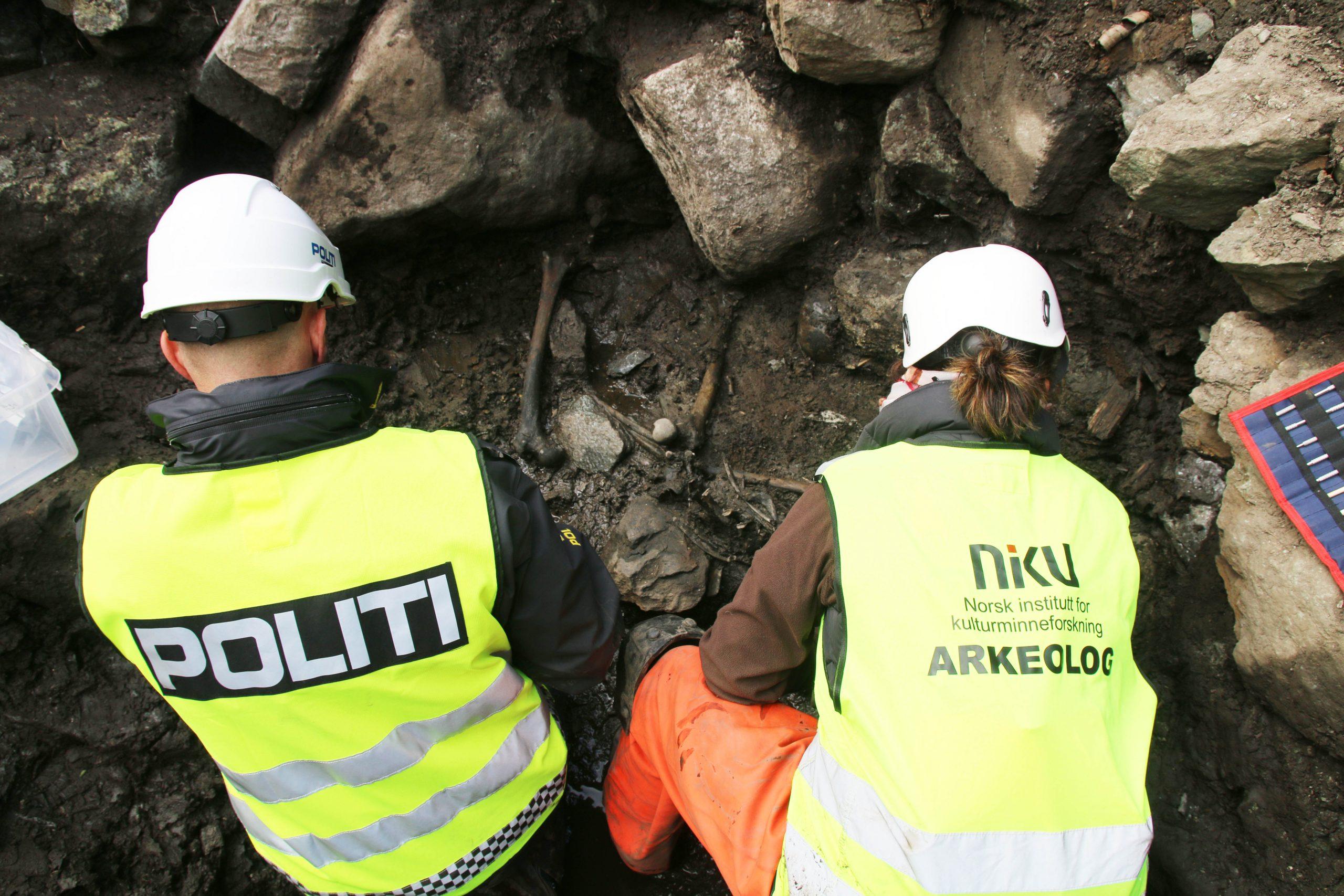 Bildet viser Åstedsgransker fra politiet hjelper arkeologene når hendelsesforløpet fra den dramatiske dagen i 1197 skal rekonstrueres. Foto: NIKU