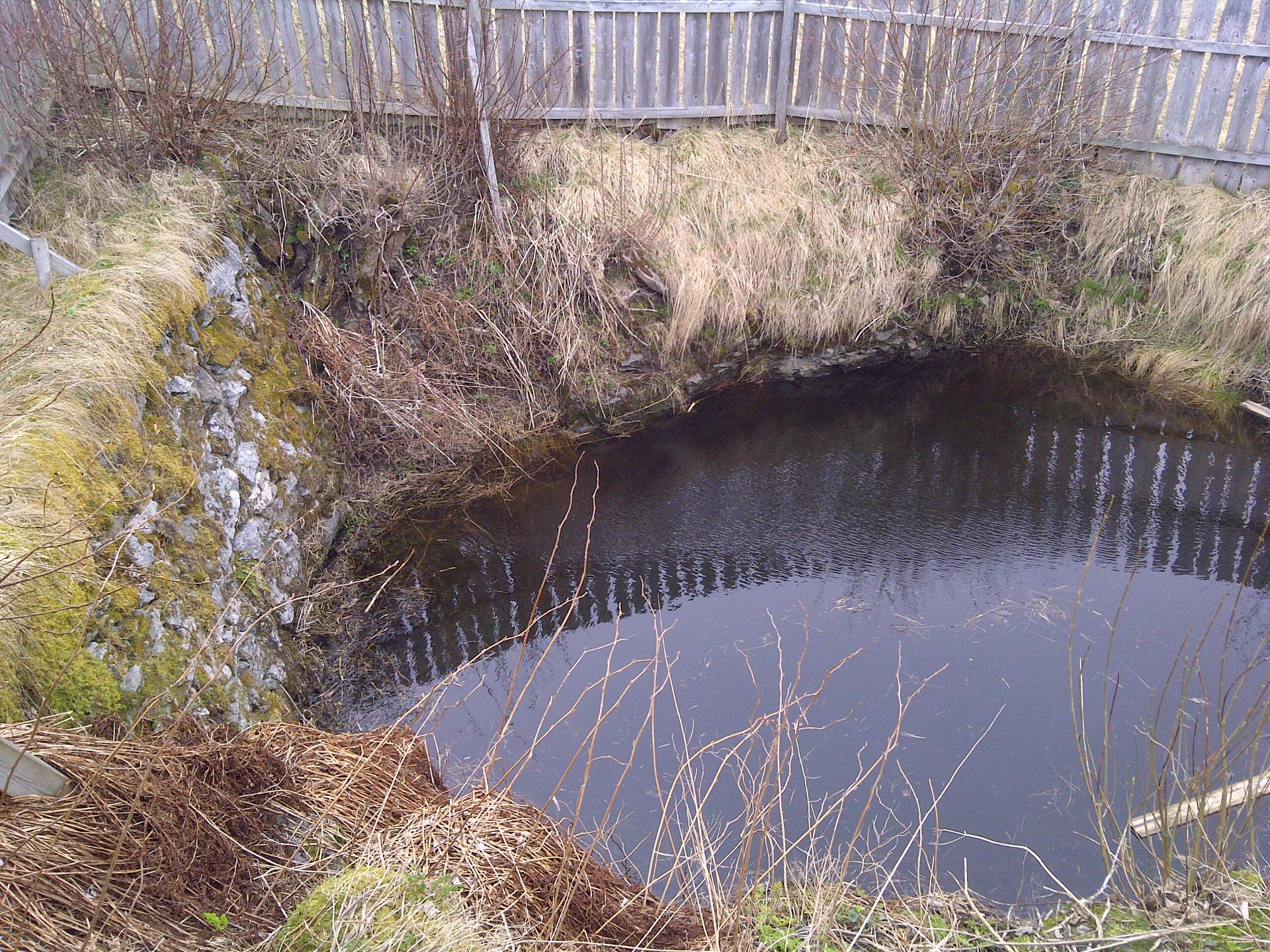 Bilde av brønnen hvor skjelettet fortsatt skal ligge. Foto: Karin Axelsen / Riksantikvaren.