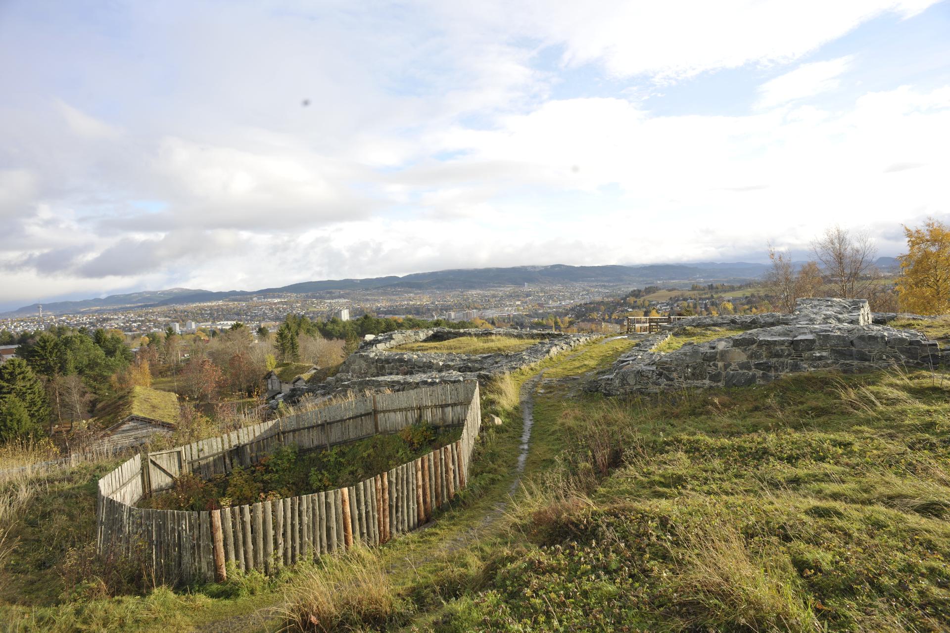 Bildet er av rester av borgruinen. Foto: Dino Makridis, Sverresborg Trøndelag Folkemuseum.