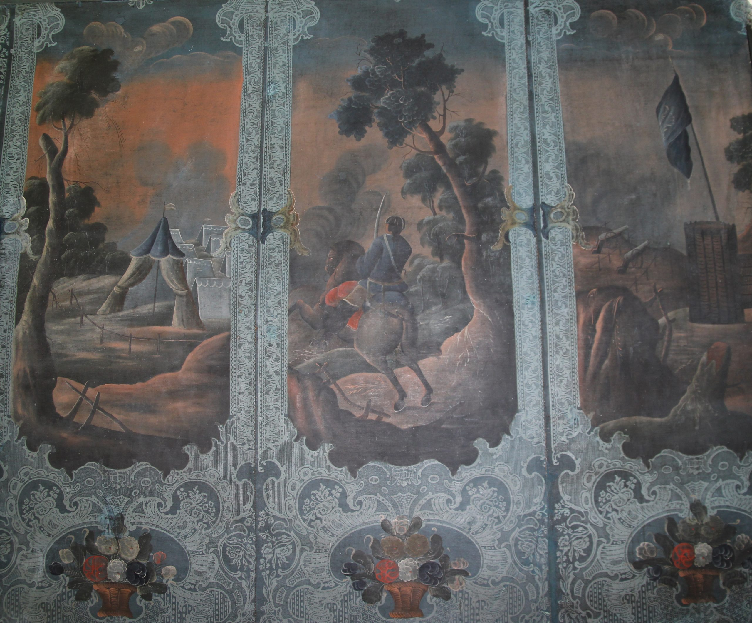 Bilde av veggene i salen som har store panoramatapeter med slagscener, blomster- og fuglemotiv. Foto: Turid Årsheim, Riksantikvaren