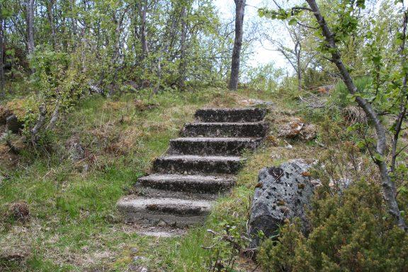 Bilde av rester etter en murtrapp i terrenget. Foto er tatt av Geir Olav Gramm, Riksantikvaren