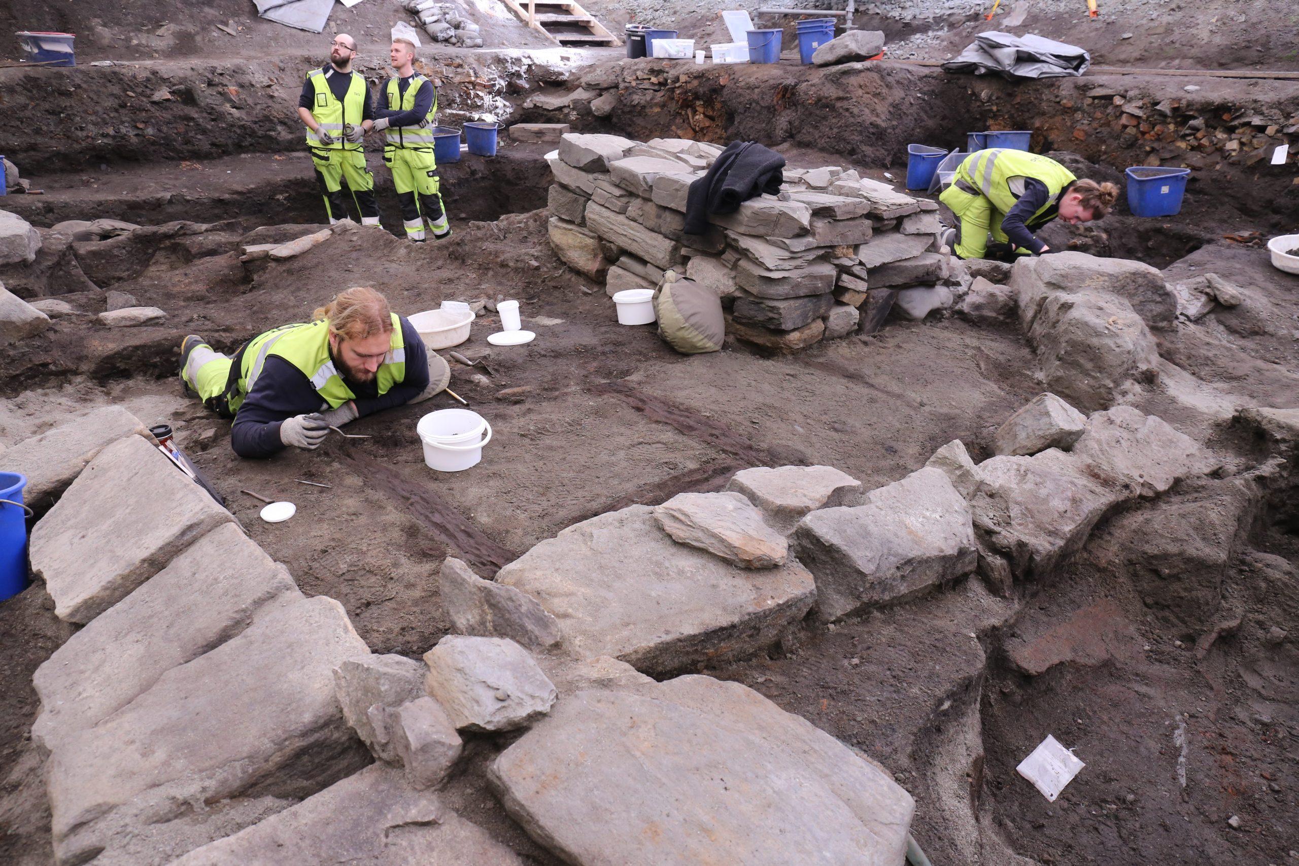 Bildet viser Arkeologer fra NIKU graver ut kirke 3. Fremst: Reidar Øiangen, til høyre: Nina E. Valstrand. Bakerst til venstre: Tore Schjøldberg, bakerst til høyre: Kristoffer E. Grini. Foto. Anna K. Wändahl, NIKU