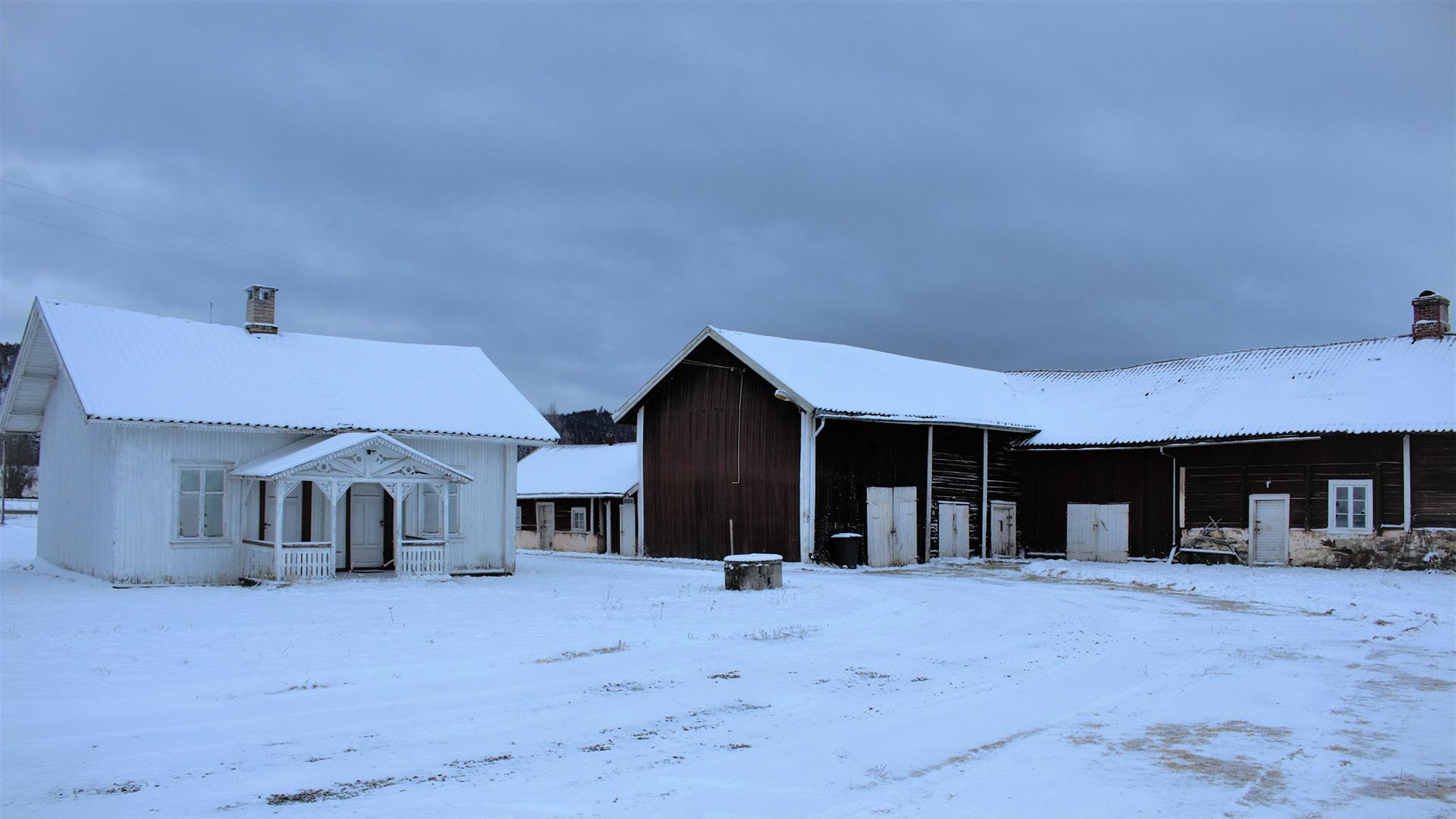 Bildet viser Drengstua med den sammenbygde låvebygningen. Foto er tatt av Bård Langvandslien, Riksantikvaren
