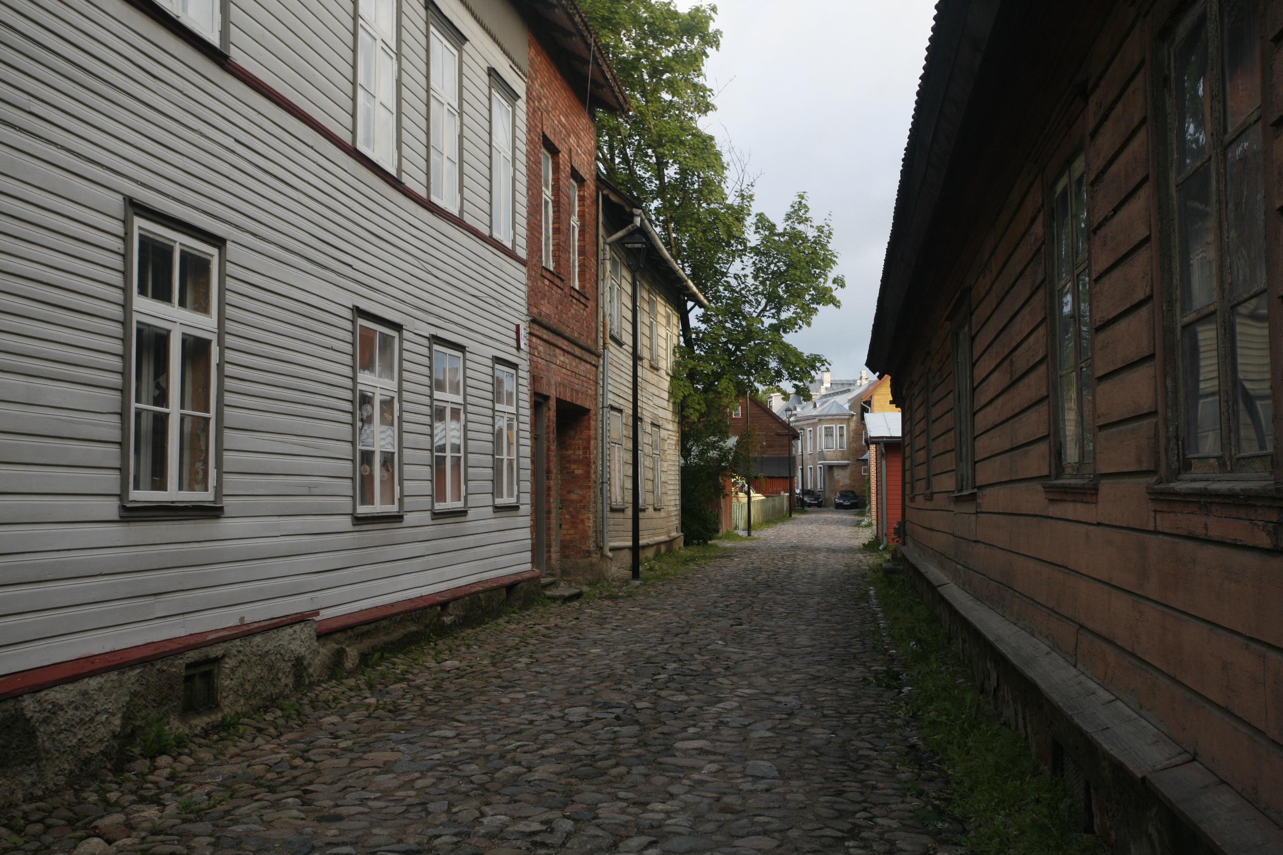 Gate mellom små trehus i Viljandi i Estland