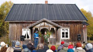 Bilde av Riksantikvar Hanna Geiran som ønsker de fremmøtte velkommen til åpen familiedag i Abborhøgda i Finnskogen som ligger i Kongsvinger kommune. Fotograf Synne Vik Torsdottir, Riksantikvaren