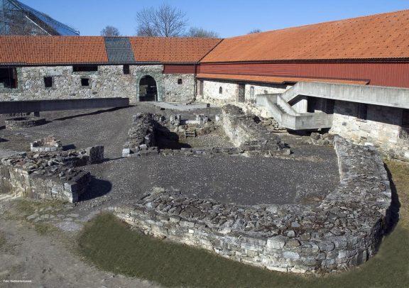 Foto av Bispeborgen og Storhamarlåven slik det ser ut i dag. Foto er lånt av Hedmarksmuseet.