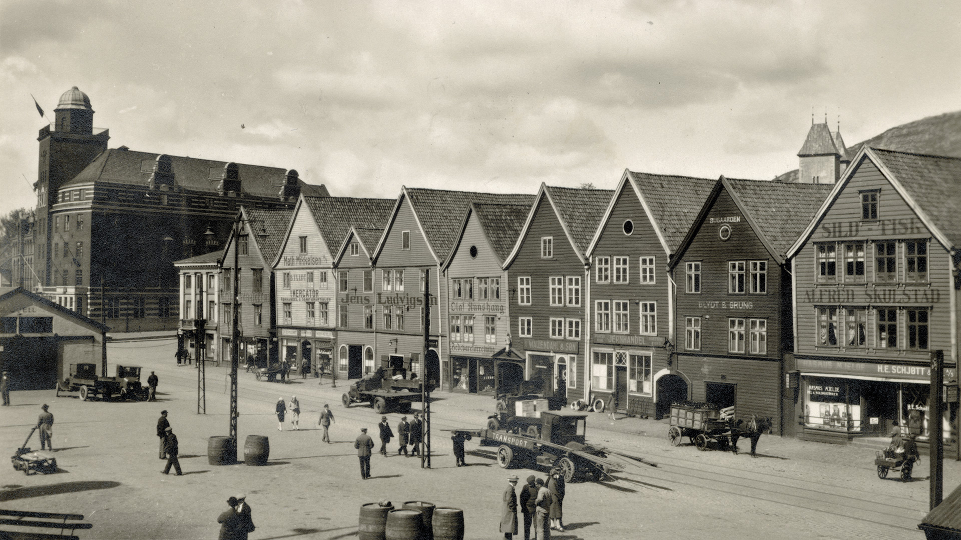 Illustrasjon: Bryggen i Bergen var et av områdene i konsekvensutredningen om bybanen fra Bergen sentrum til Åsane. Foto: ukjent, Riksantikvaren