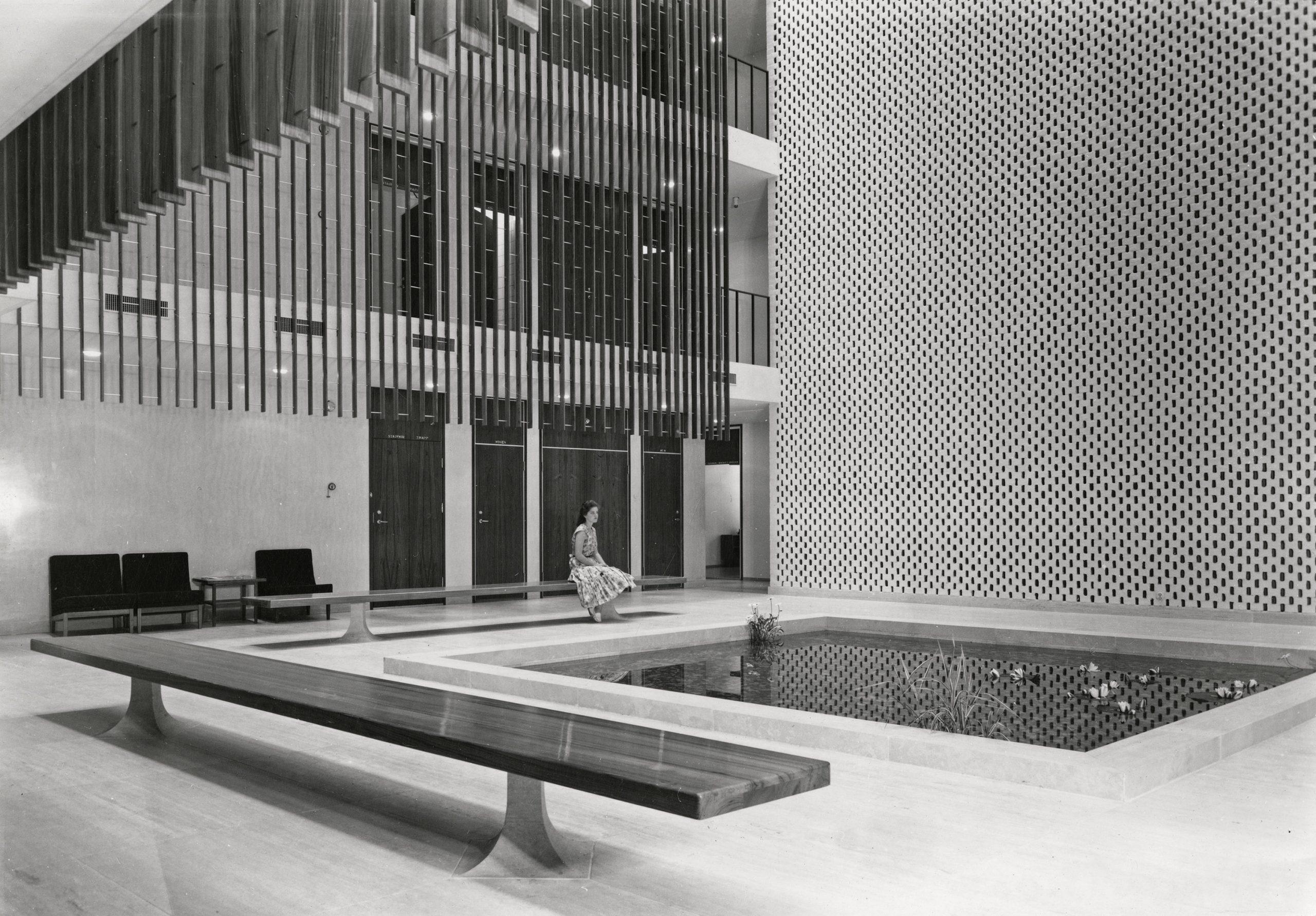 Bildet viser slik det så ut i ambassadens atrium da den åpnet i 1959. . Foto: Karl Teigen, Nasjonalmuseet