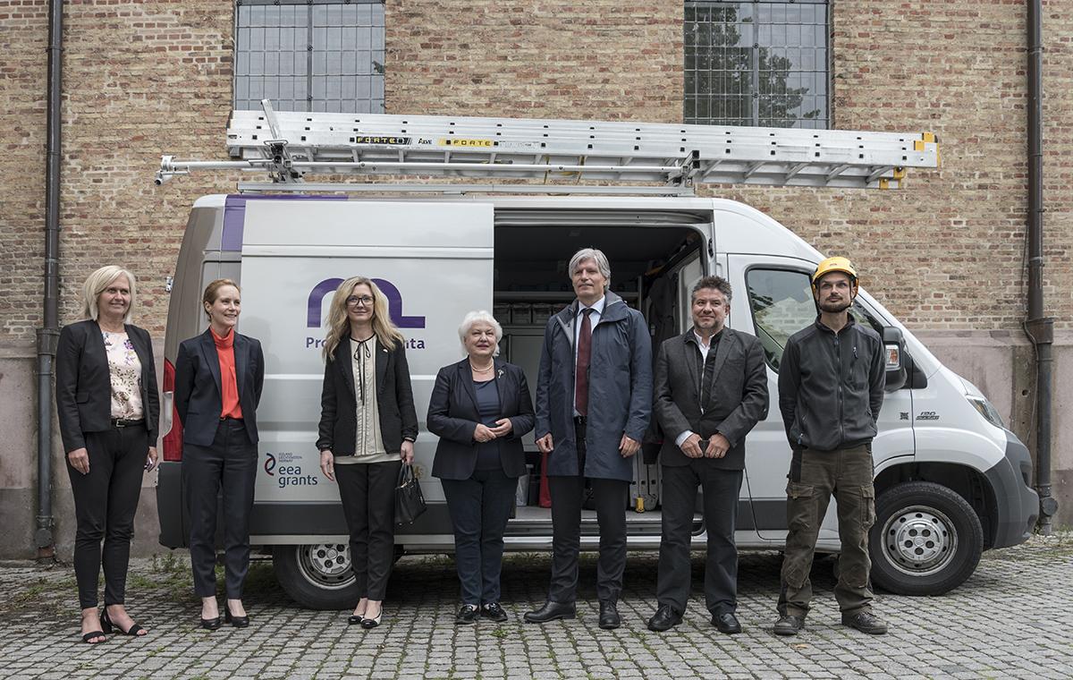 Bilde av deltakere fra «Pro Monumenta»-prosjektet er på besøk hos samarbeidspartnere i Oslo. Fra venstre mot høyre: Marit Halvorsen Hougsnæs (direktør, KA), Hanna Geiran (riksantikvar), Denisa Frelichová (Slovakias ambassadør), Katarina Kosova (Slovakias riksantikvar), Ola Elvestuen (klima- og miljøminister), Branislav Reznik (prosjektleder) og Ivan Fararik (bygningsinspektør). Foto: Noelle Dahl-Poppe, Riksantikvaren