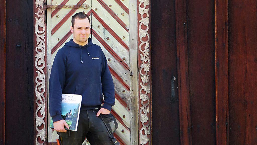 Bilde av Eirik Hovland utenfor Nore stavkirke. Foto: Karin Axelsen, Riksantikvaren