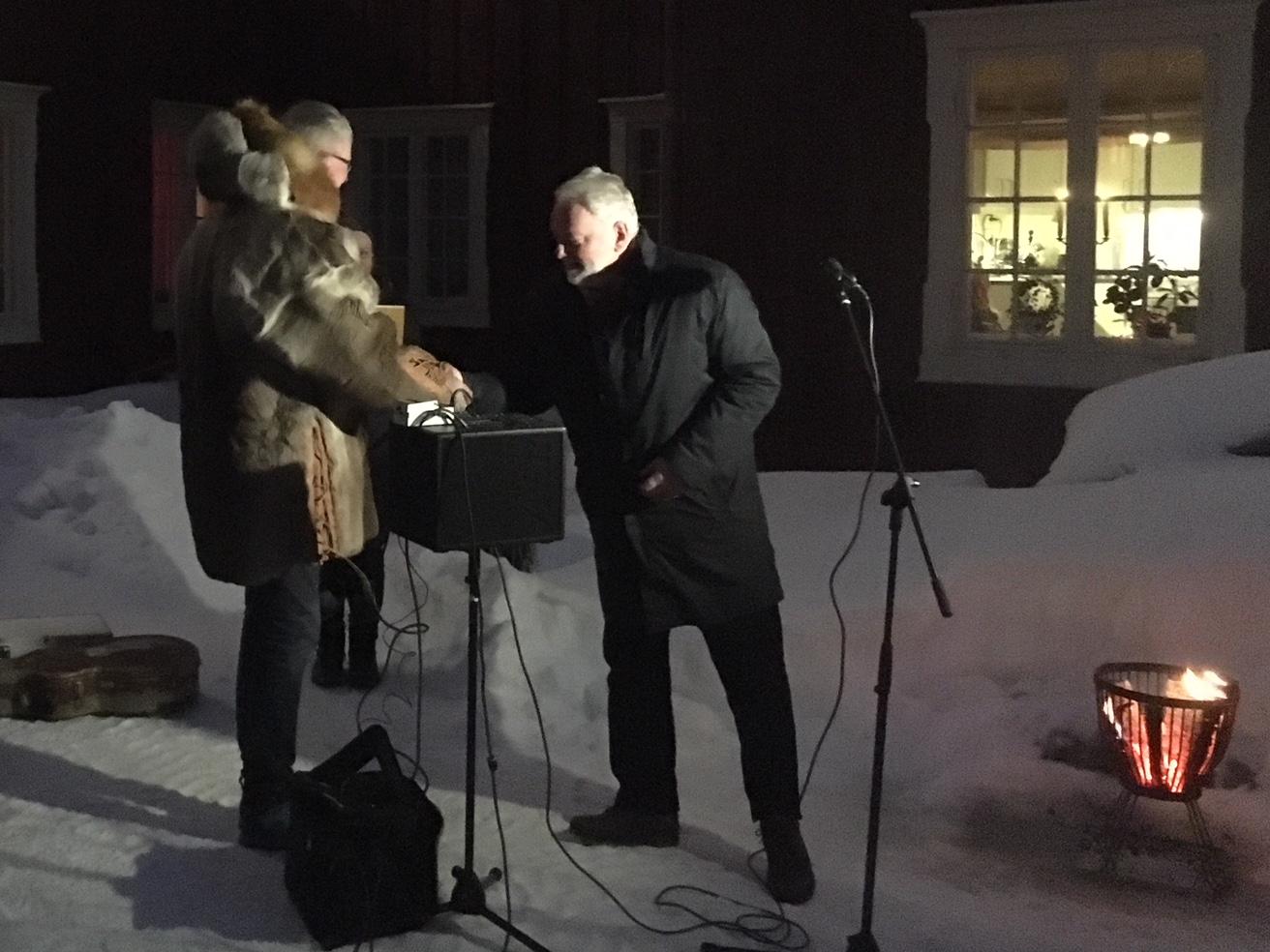 Bildet viser Jørn Holme som overrekker fredningsdiplomet til eieren av Finnegården. Foto er tatt av Marit Vestvik, Riksantikvaren