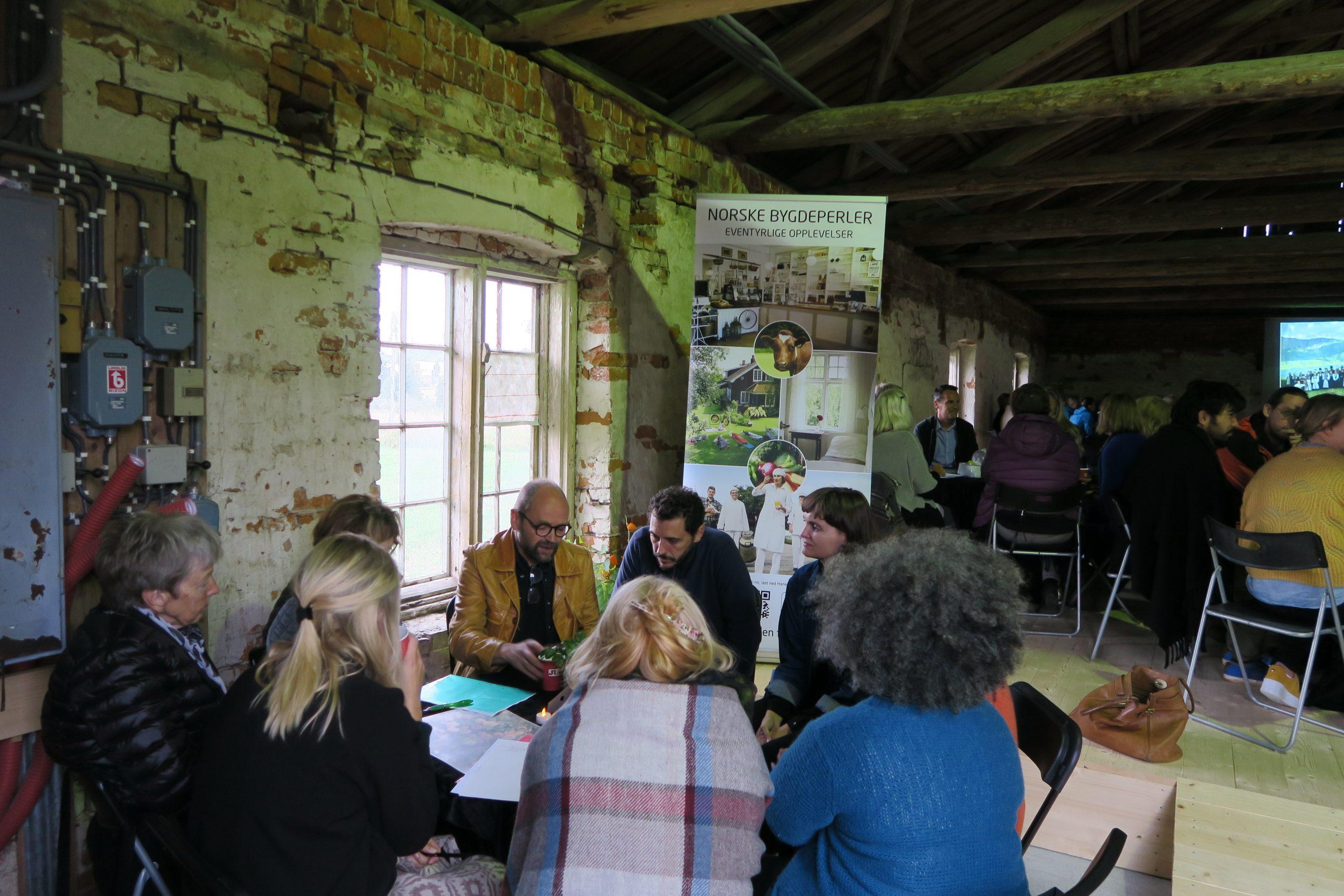 Bilde av deltakere fra inn - og utland deltok i små paneldebatter med temaer knyttet til kulturarv i dag. Foto: Mari Mette Eriksen, Riksantikvaren.