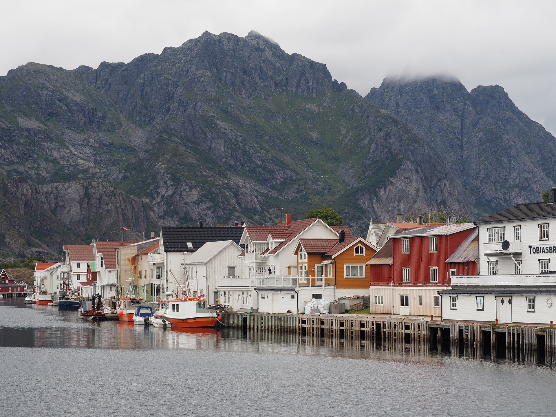 Bilde av bryggen i Henningsvær. Foto av Siri Wolland, Riksantikvaren