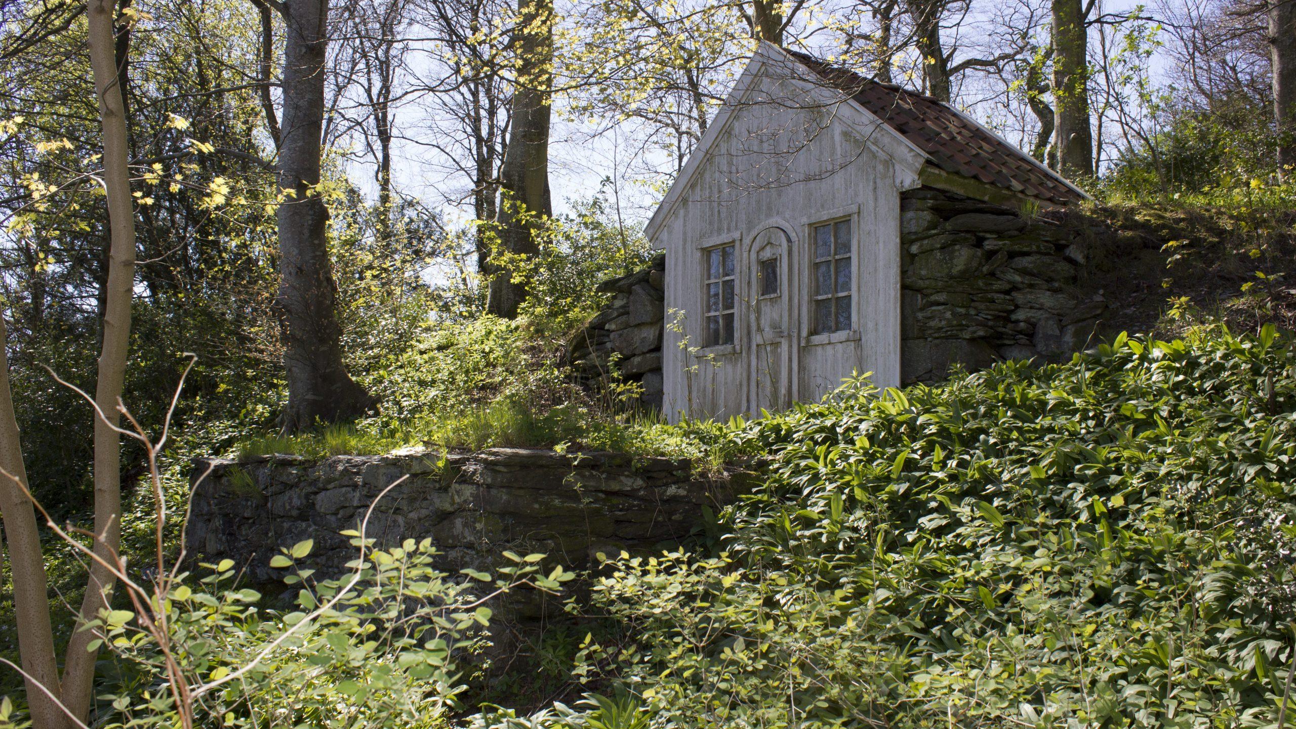 Bilde av Lysthuset «Helmichs Minde», huset er utformet som en grotte med gavlfasade i tre.. Foto er tatt av Per David Martinsen, Riksantikvaren