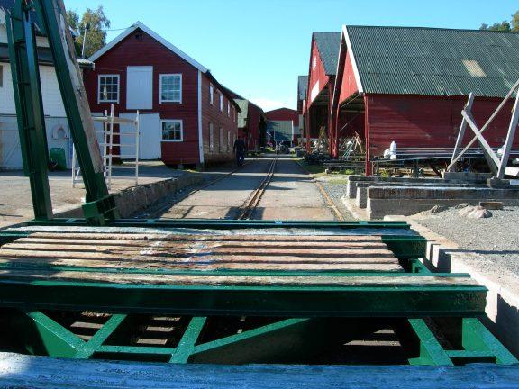 Bilde av skinnegangen og en elektrisk vinsj for å trekke opp båter. Foto: Eivind Lande, Riksantikvaren.