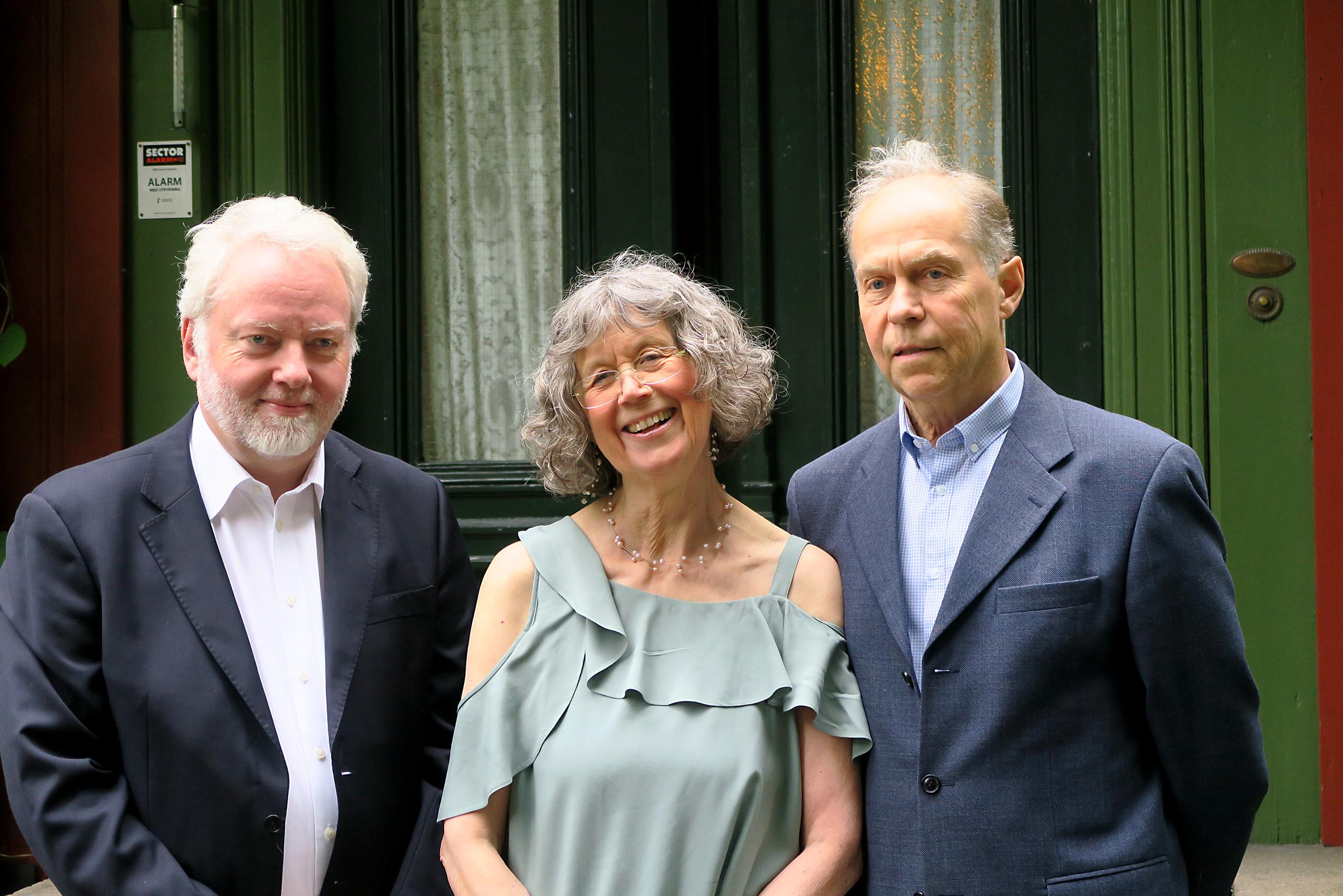 Bilde av Riksantikvaren Jørn Holme sammen med Vibeke og Gunnar Sæther. Foto er tatt av Karen Thommesen, Riksantikvaren