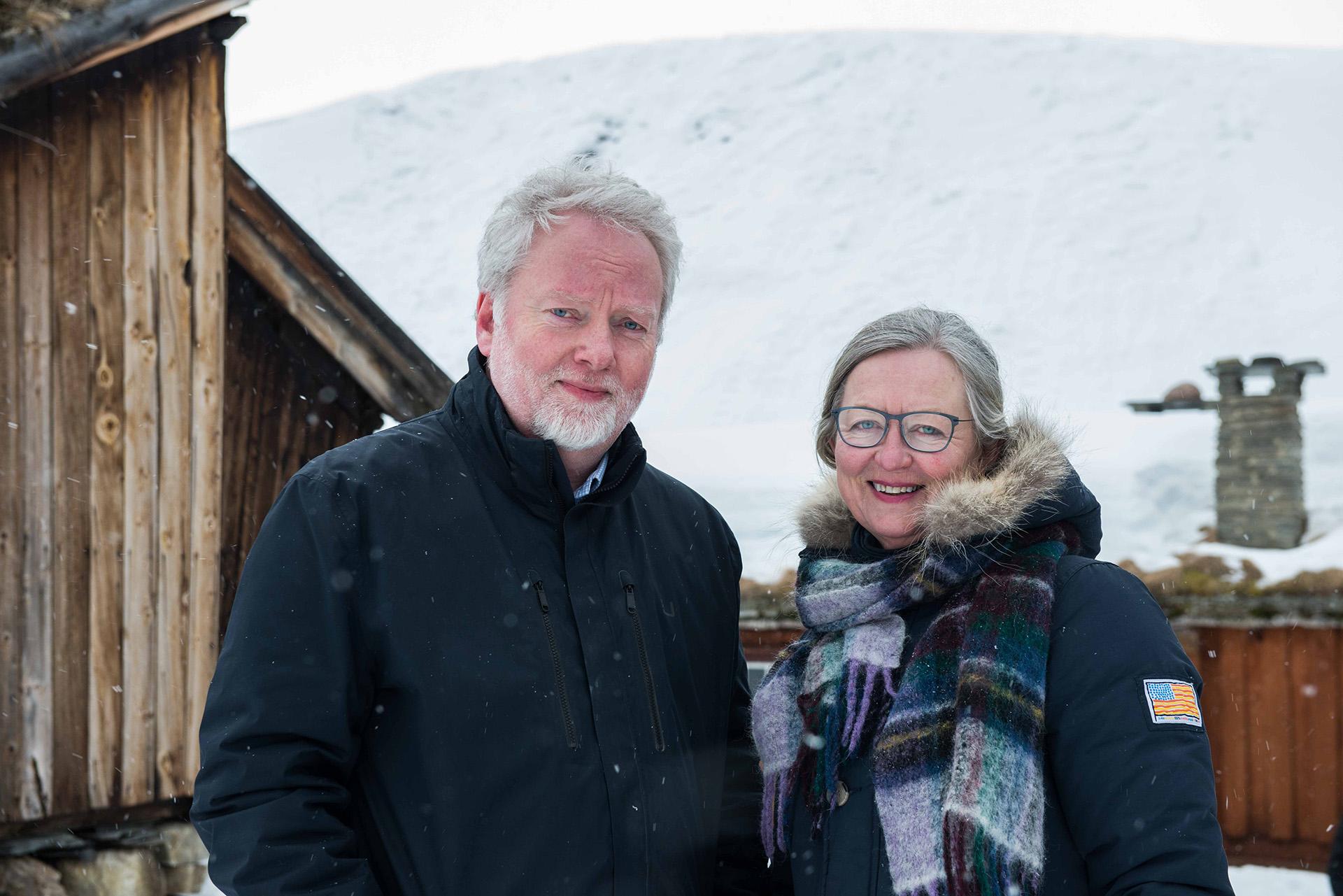 Bilde av Riksantikvar Jørn Holme og fagdirektør Berit Lein. Bildet er tatt på Røros, ett av Norges verdensarvsteder. Foto: Thorleif Thorsen
