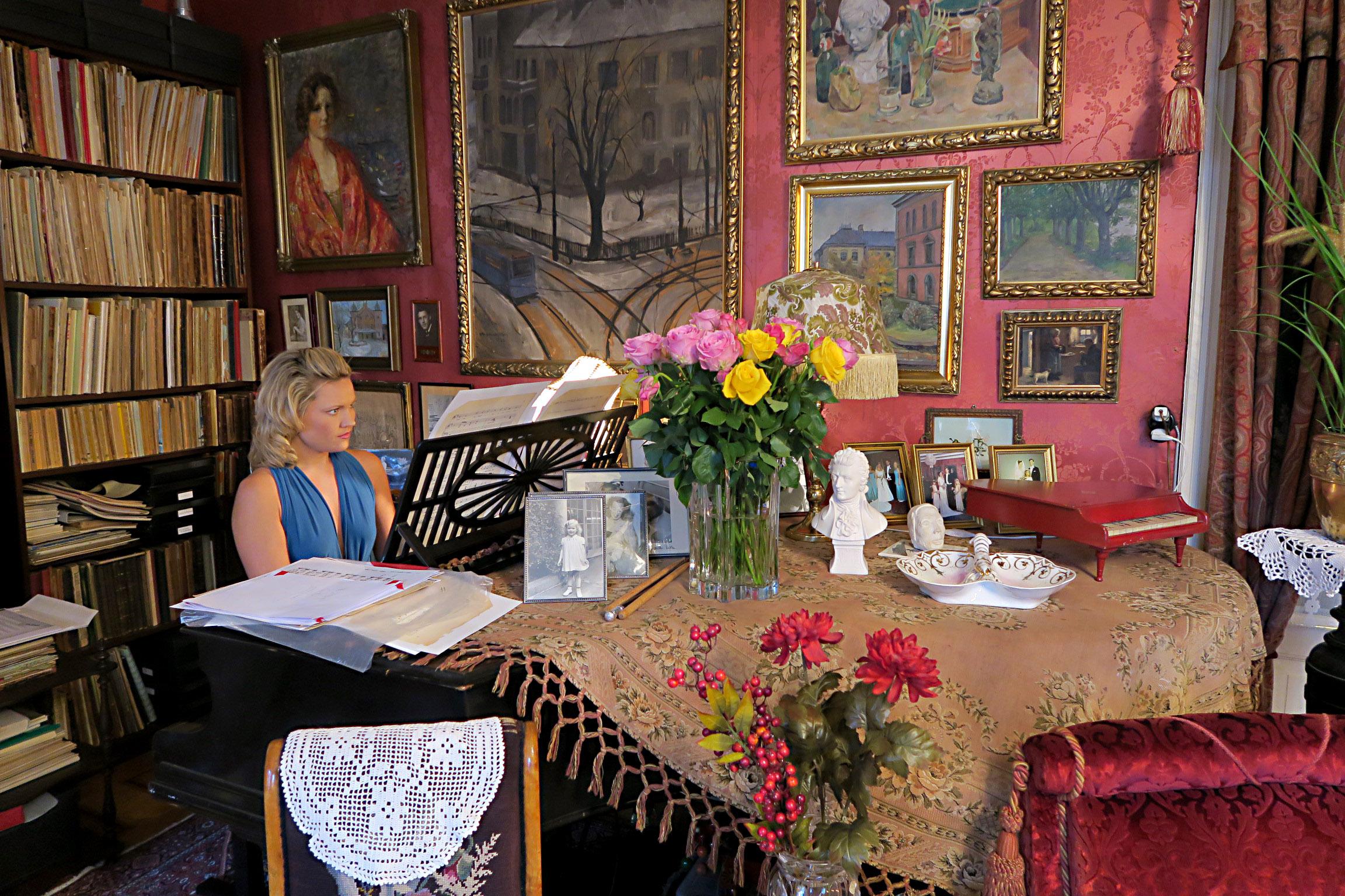 Bildet viser Pianisten Julie Coucheron spilte på flygelet for de fremmøtte.. Foto er tatt av Karen Thommesen, Riksantikvaren