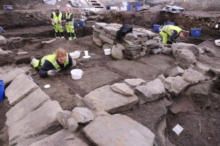 Bildet viser den arkeologiske utgravningen av ruinene av Klemenskirken. Bildet er lånt av NIKU.
