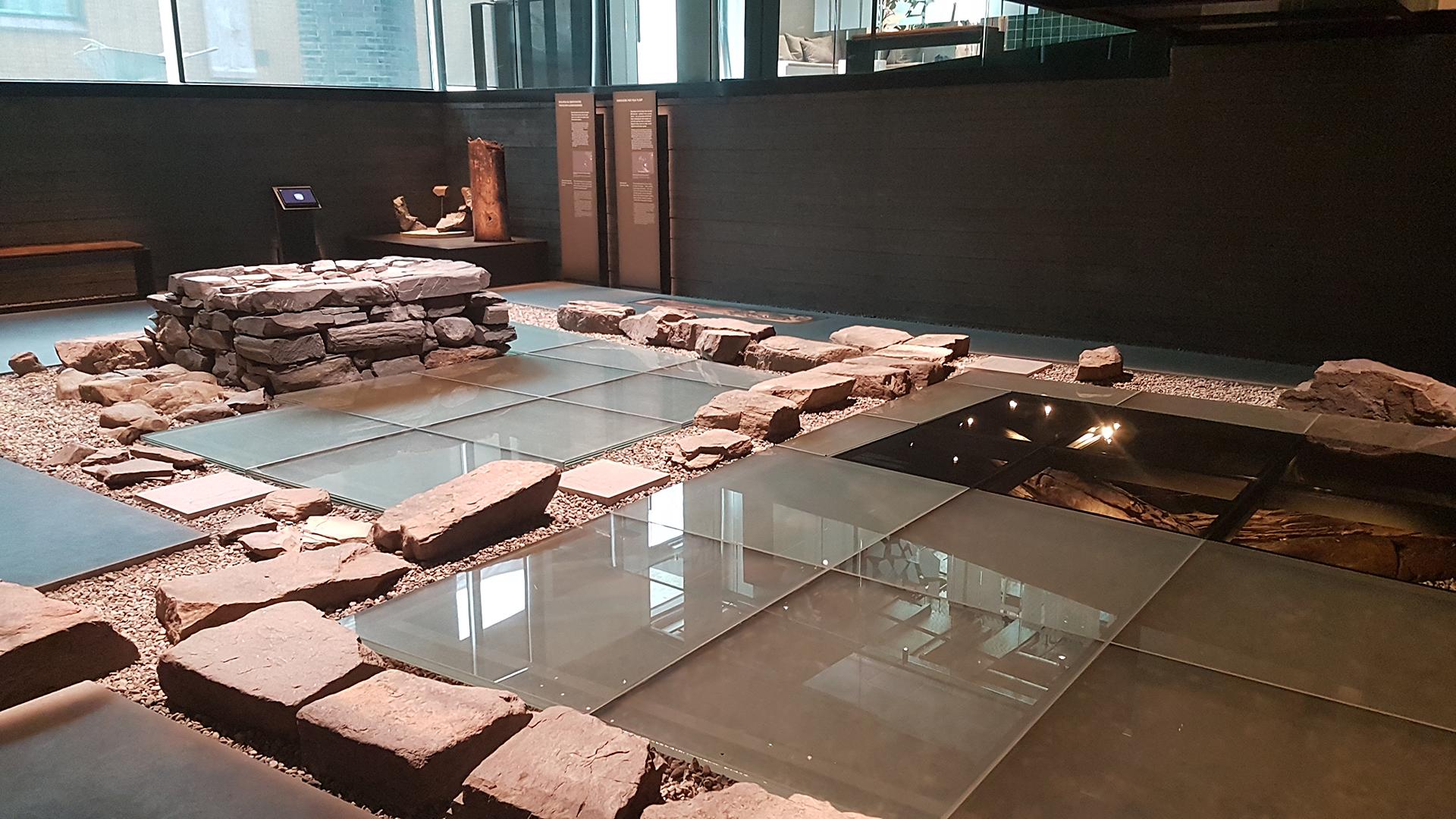 Ruinene av Klemenskirken har fått et eget utstillingsrom i næringsbygget i Krambugata 2. Bildet viser utstillingen av ruinene. Foto av Siri Wolland, Riksantikvaren