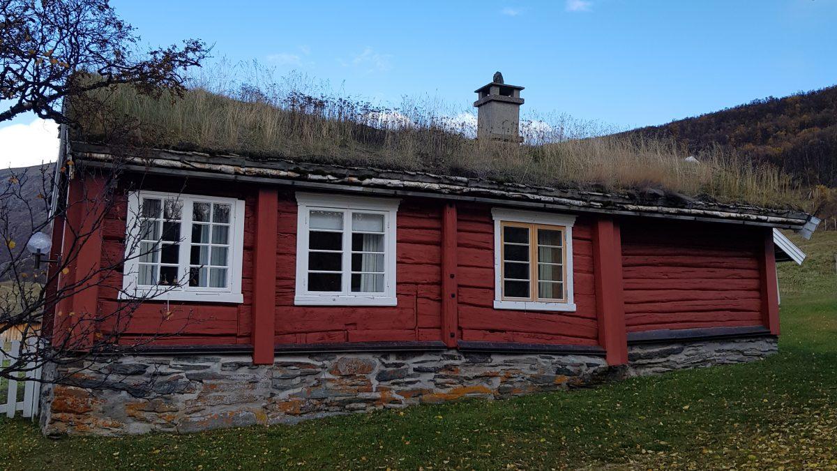 Bilde av en av flere bygninger på Kongsvolds eiendom. Foto: Anne-Judith Munthe-Kaas, Riksantikvaren