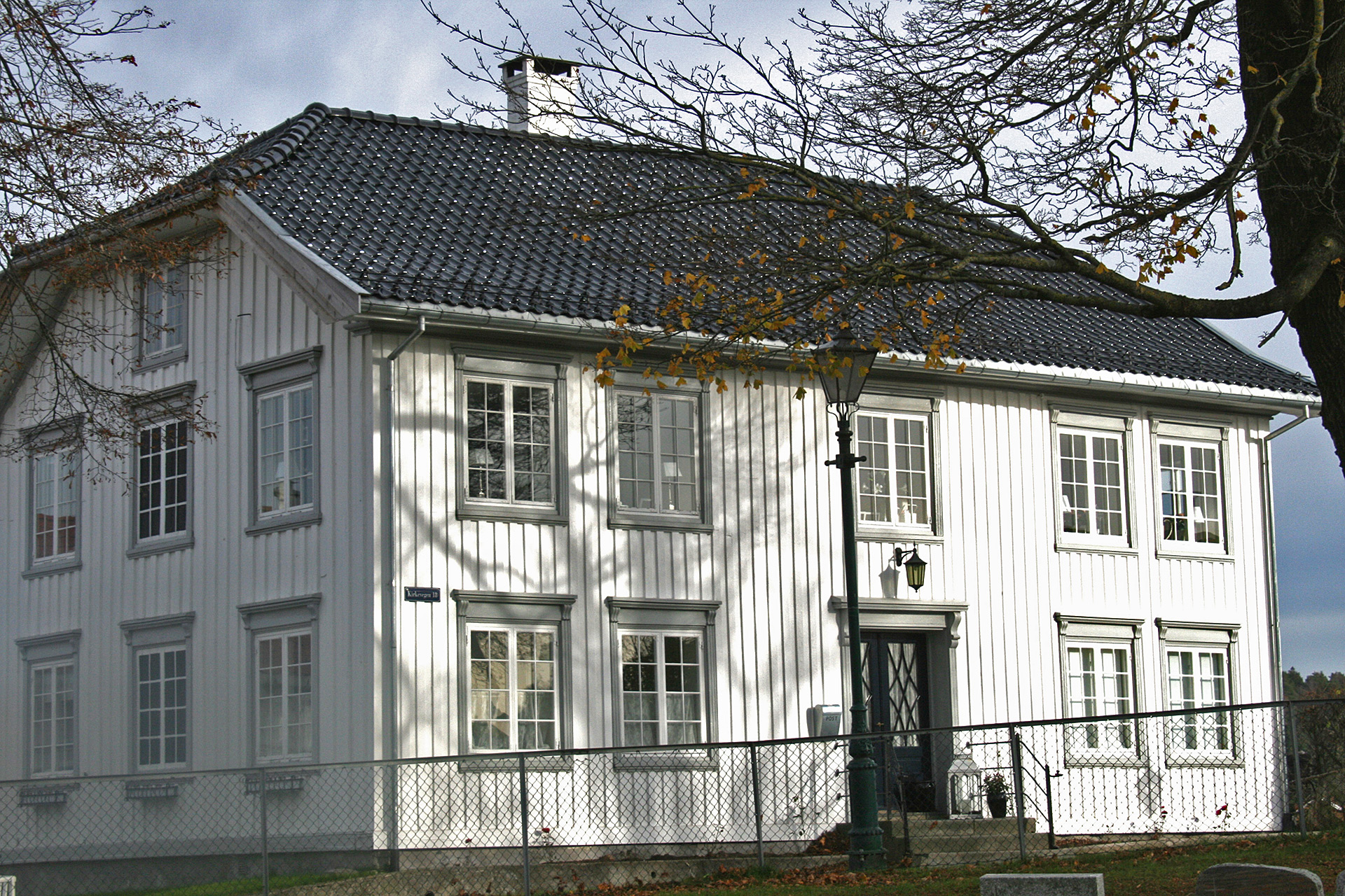 Bilde av Rindegården i Brevik ved eierne Monica Lill Normann og Mads Rogn var fjorårets mottakere av kulturminneprisen. Foto: Monica Lill Normann og Mads Rogn