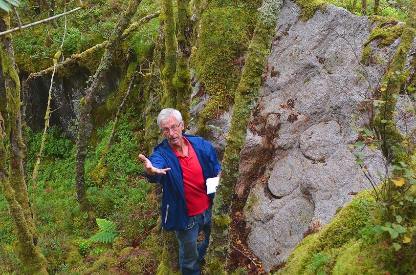 Bildet viser Torbjørn Løland som har gjennom 30 år vore drivkrafta i utviklinga av Kvernsteinsparken i Hyllestad i Sogn og Fjordane.Foto hentet fra Kvernsteinsparken