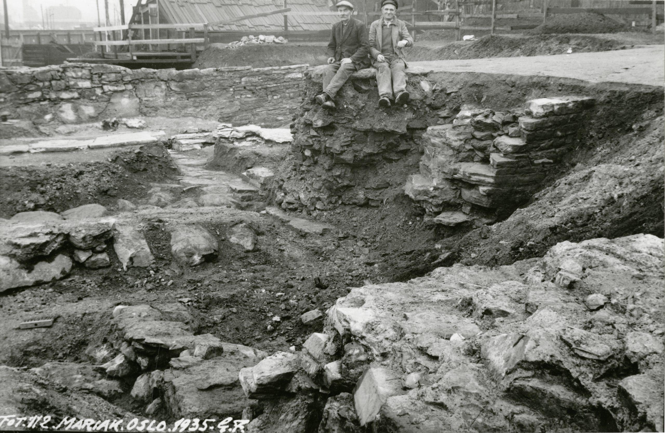 Bilde av utgravningen av Mariakirken i 1935. «Lian og Andersen» på bildet var med på utgravningen. Foto av Gerhard Fischer, Riksantikvaren