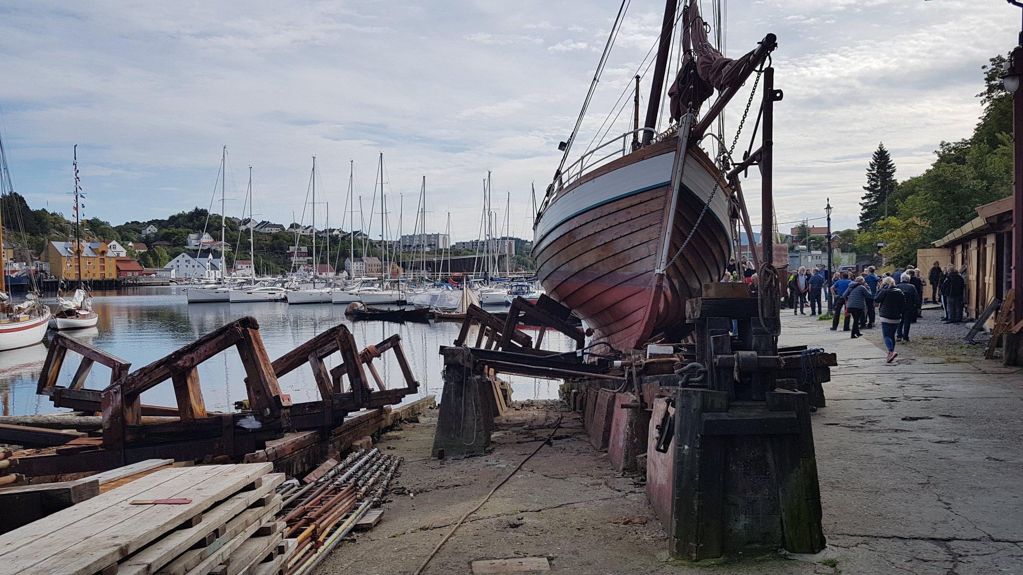 Bilde av en seilskute ved værftets materialbrygge. Foto av Siri Wolland, Riksantikvaren