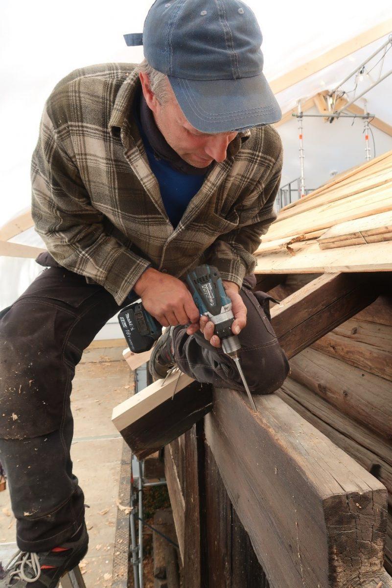 Håndverker borrer inn i planke