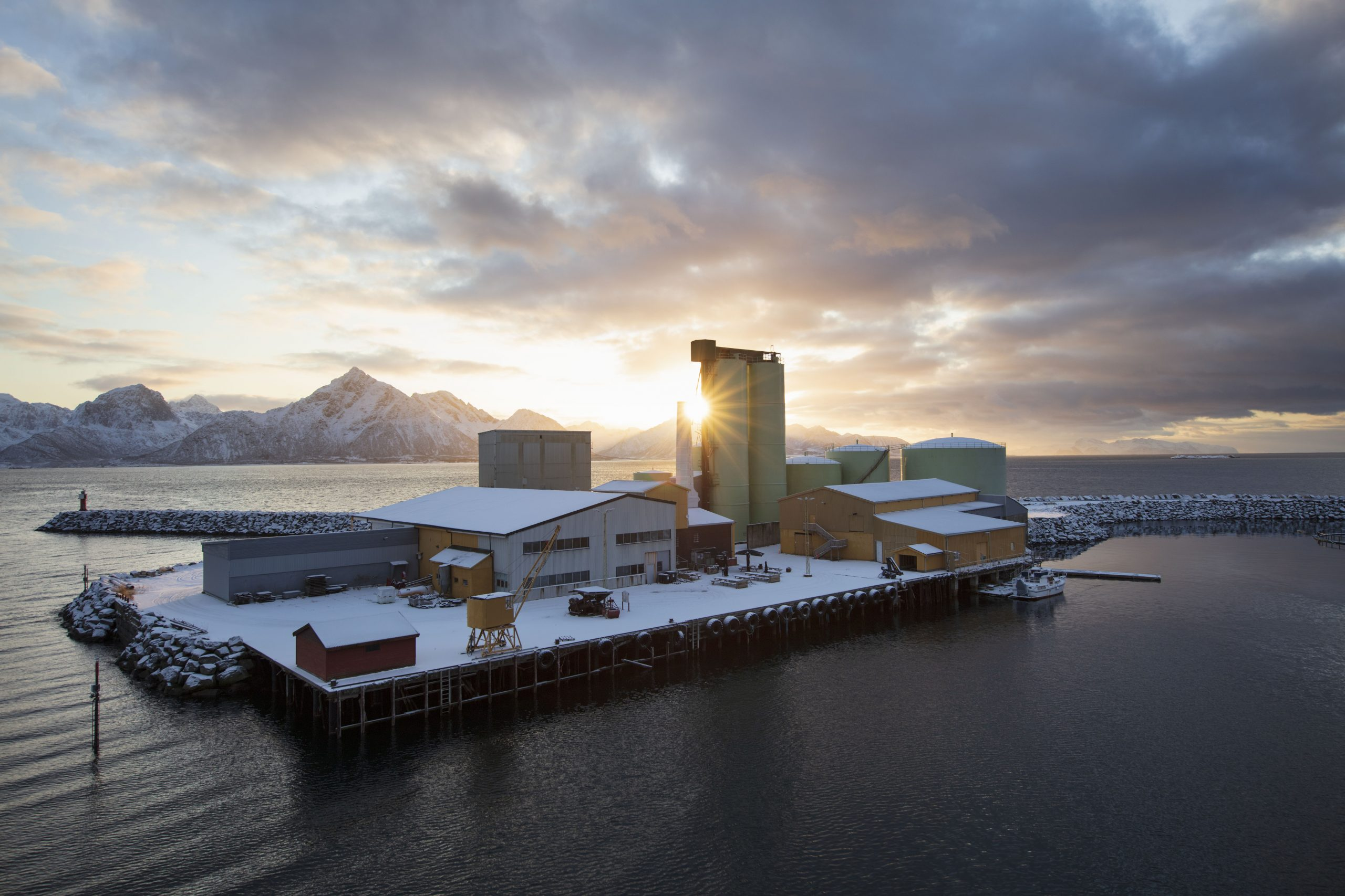 Bilde viser Neptun Sildoljefabrik som ble etablert i 1910 og ligger på Svinøya, i Hadsel kommune, Nordland fylke. fotograf er Trond Isaksen