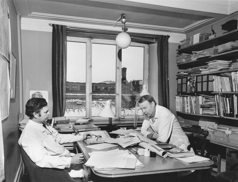 Historisk foto av to medarbeidere ved Riksantikvarens kontor