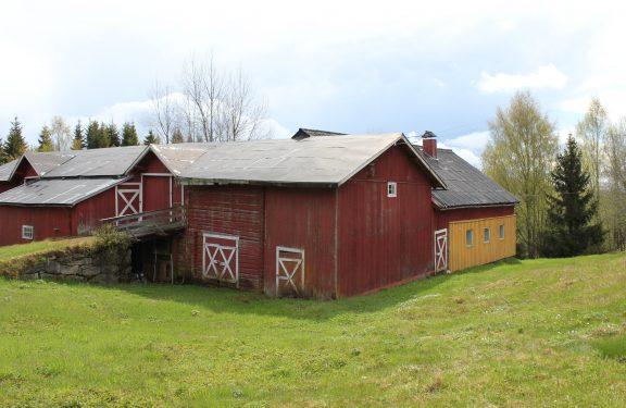 Bilde av låven til Orala. Låven ble bygget i 1888. Den har to låvebruer mot nord. I 1910 ble det tilføyd et maskinhus på sørsiden mot øst. I 1951 ble vinterfjøset tilføyd på sørsiden av vestre ende, og i 1960 ble det bygget et redskapshus mellom de to låvebruene. Foto er tatt av Louise Brunborg-Næss, Riksantikvaren