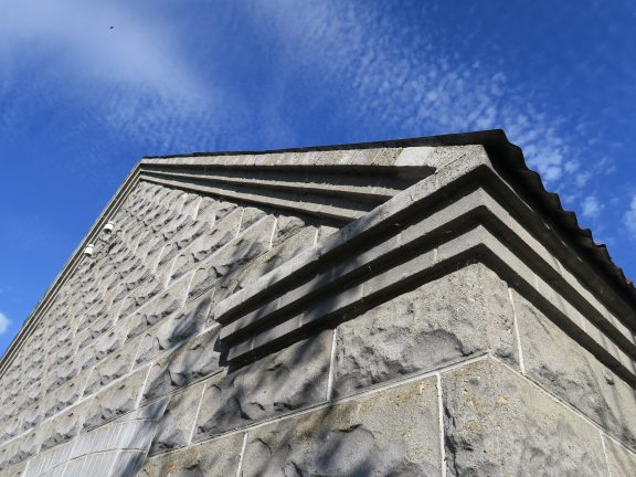 """I bildet kan du se tydelig strukturen på """"Oscarsteinen"""" som pryder verkstedets fire yttervegger. Foto er tatt av Ståle Arfeldt Bergås, Riksantikvaren"""