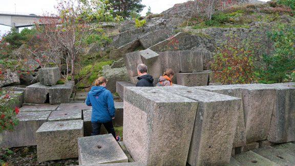 """Bilde av Gigantiske granittblokker i """"mannshøyde"""" med kilehull til det påtenkte monumentet. Foto: Ståle Arfeldt Bergås, Riksantikvaren"""