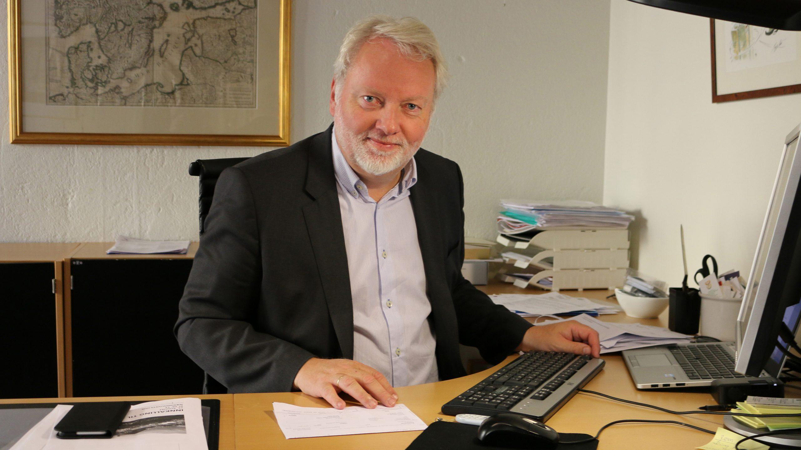 Bilde av Riksantikvar Jørn Holme i sitt kontor. Foto er tatt av Karen Thommesen